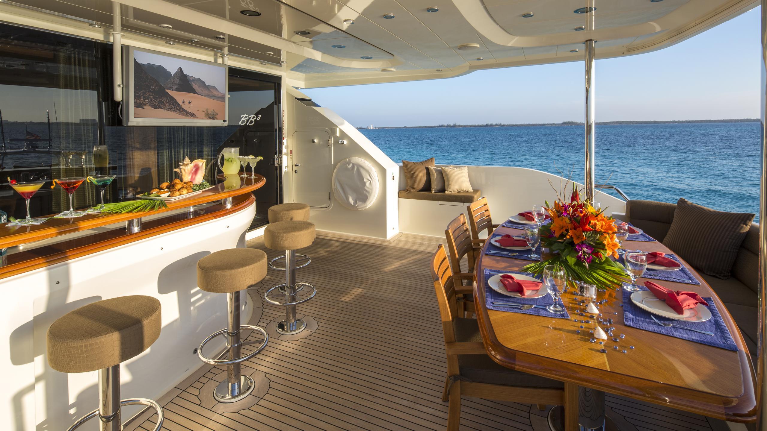 bb3-yacht-aft-dining