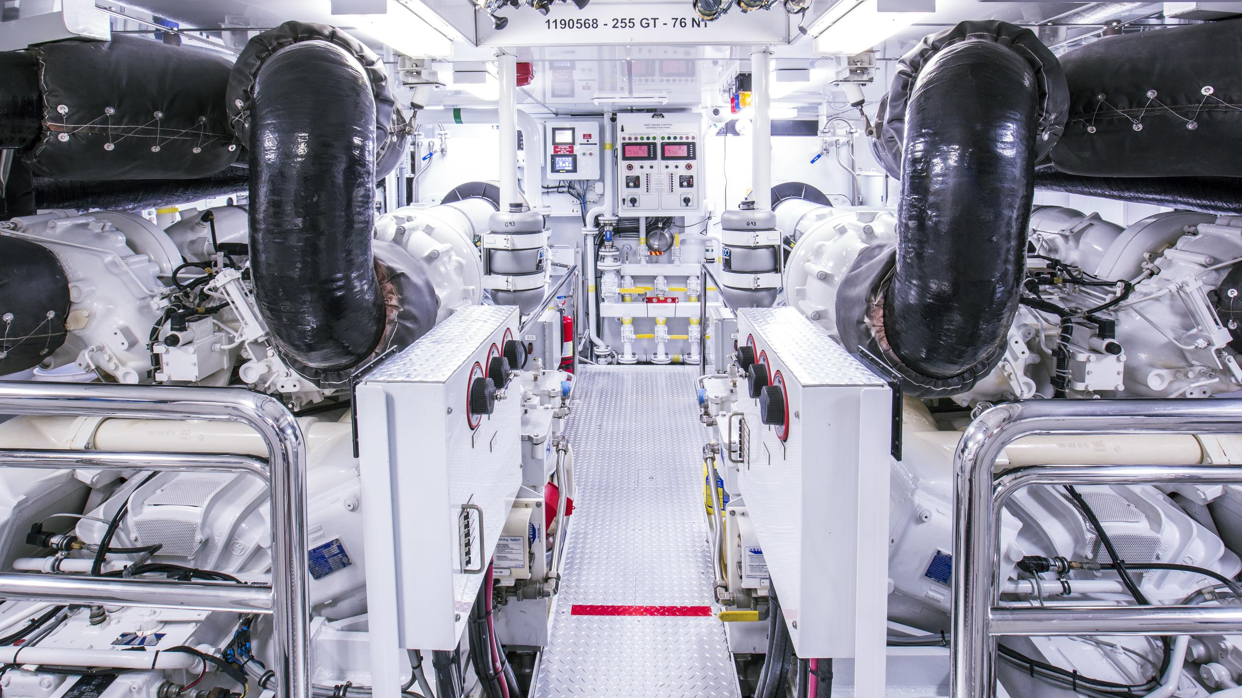 bb3-yacht-engineroom