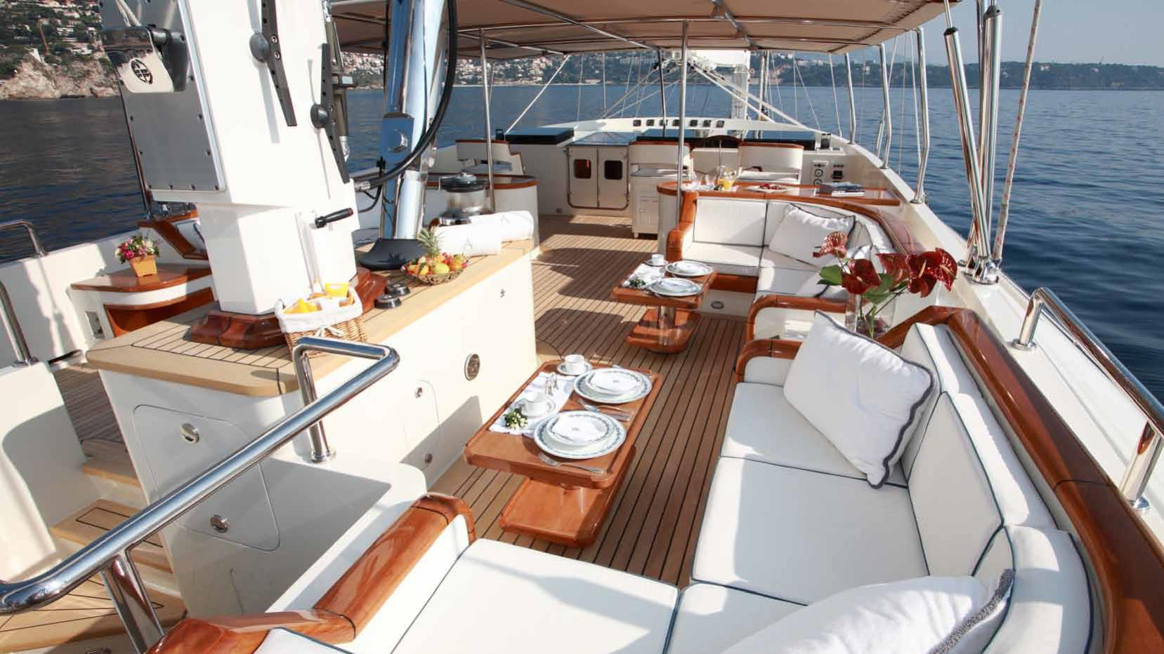ariane-yacht-aft-dining