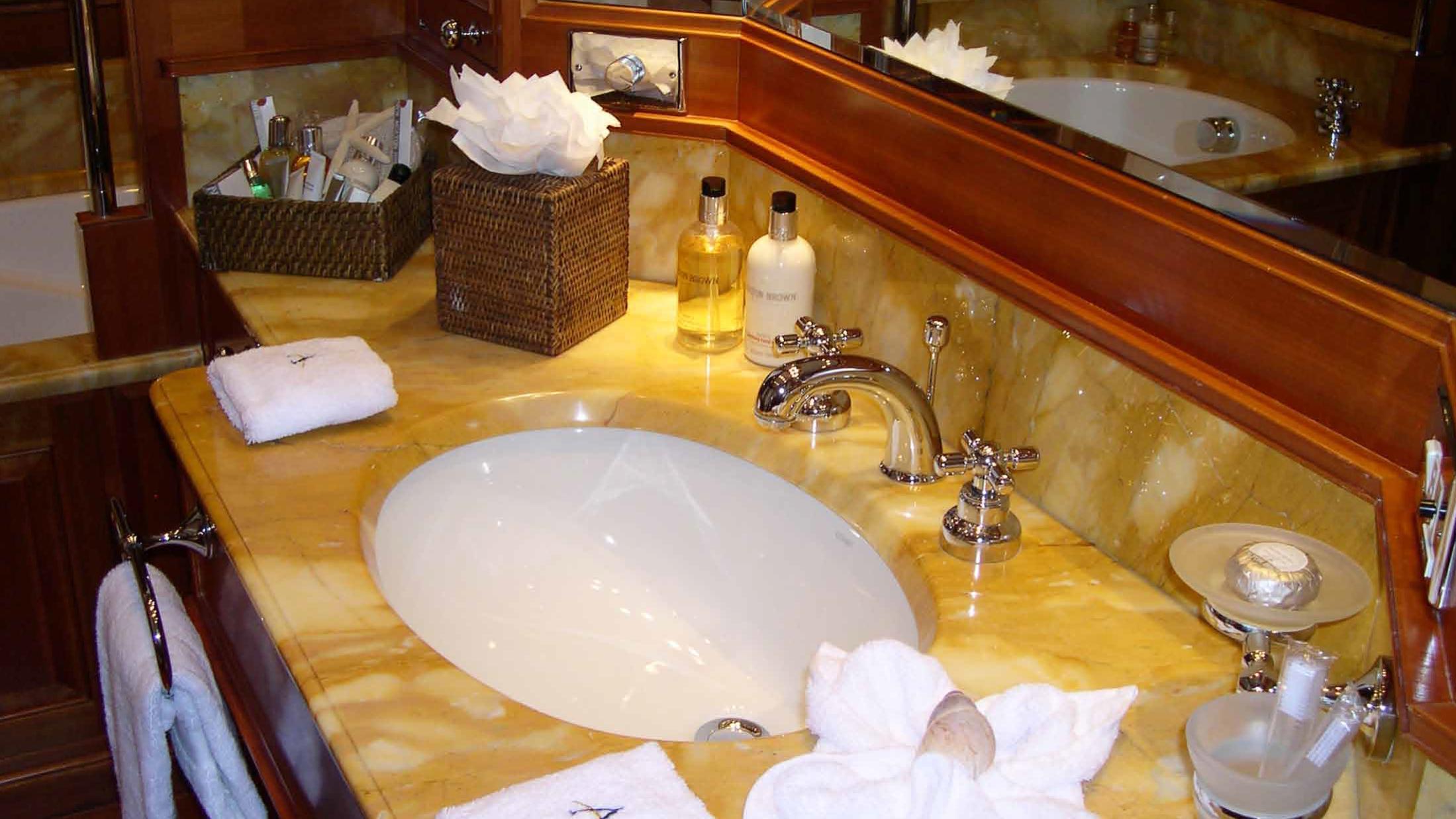 ariane-yacht-bathroom