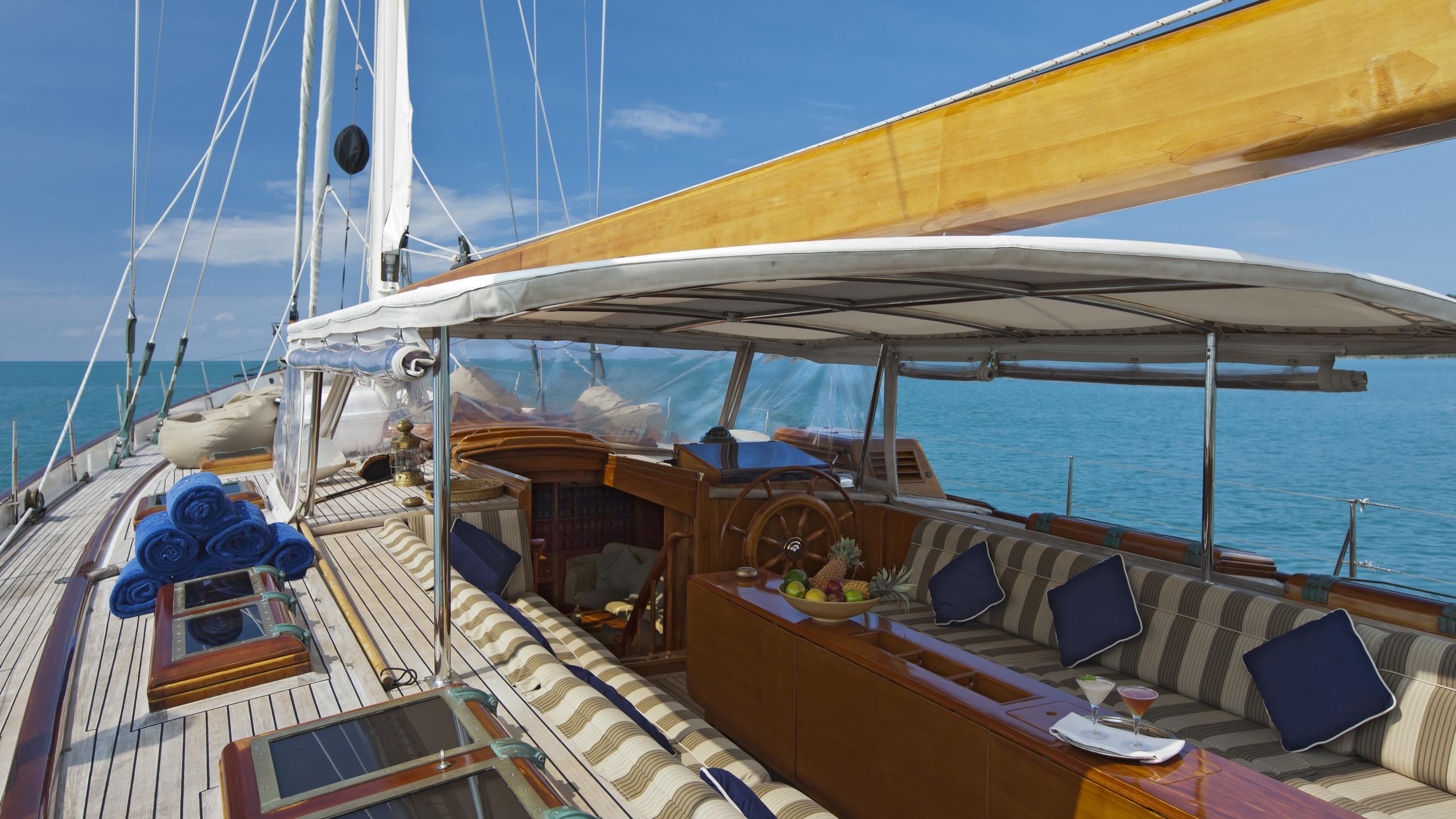 signe-yacht-deck