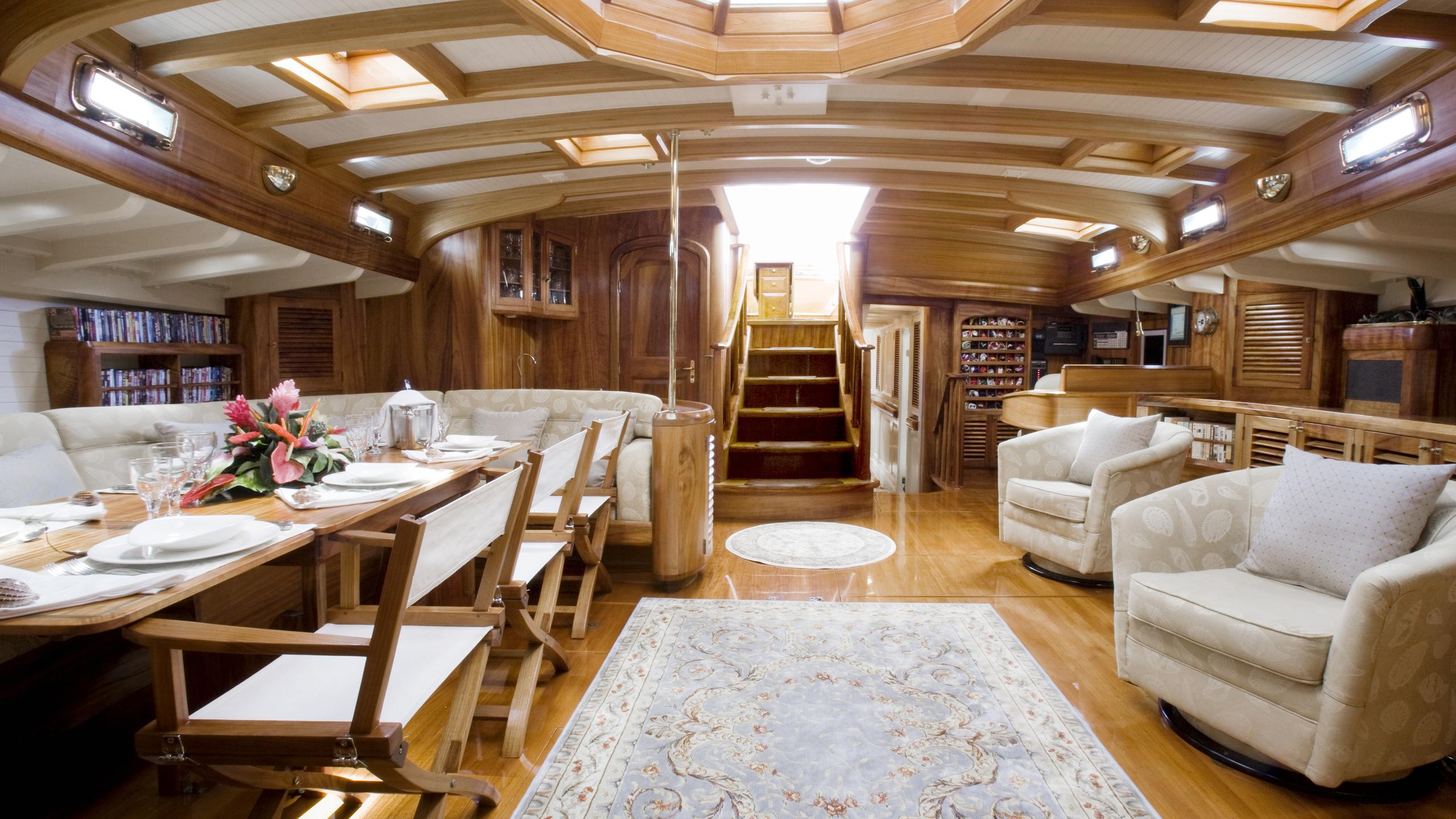 signe-yacht-saloon