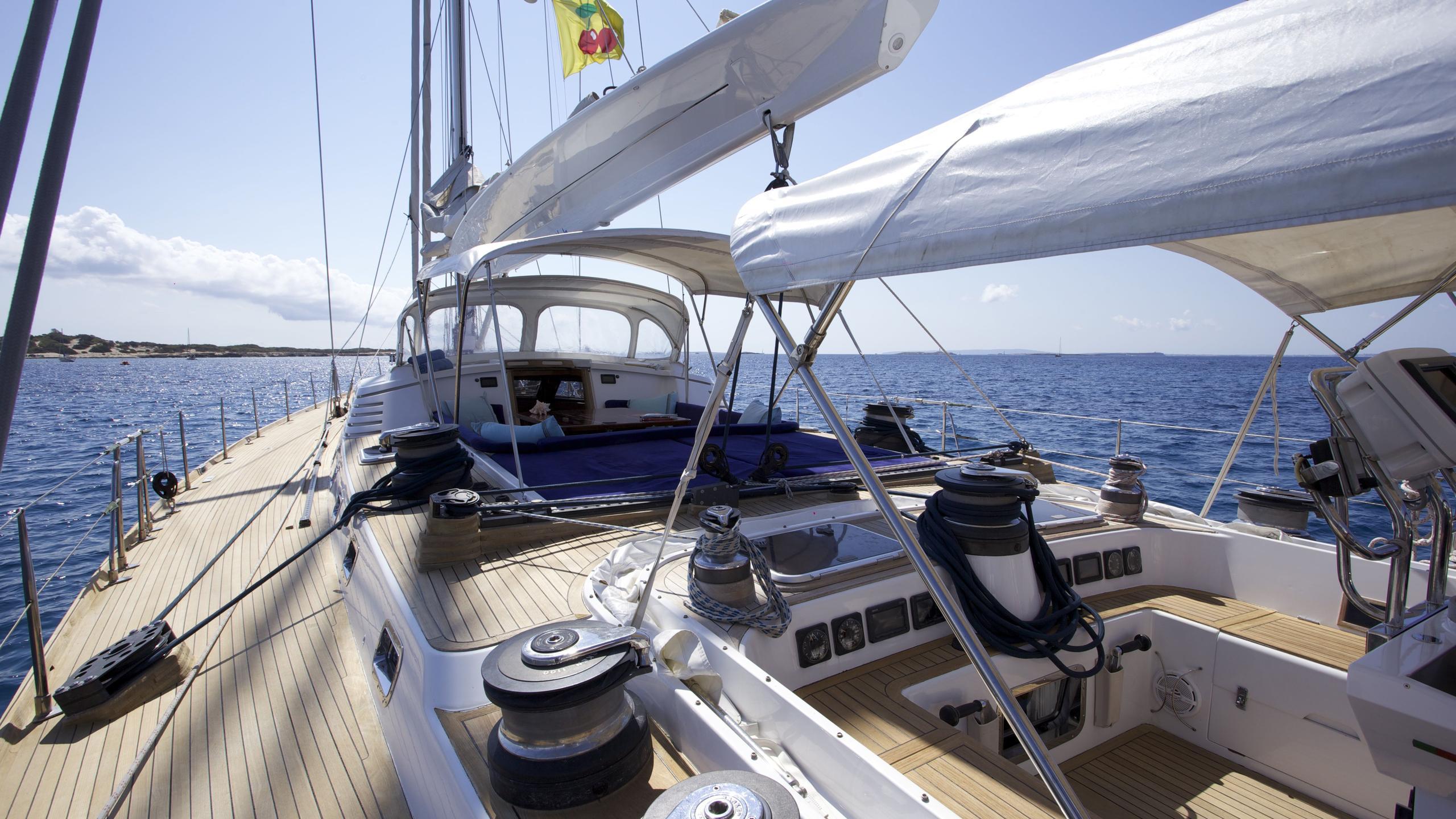 el-baile-yacht-side-deck