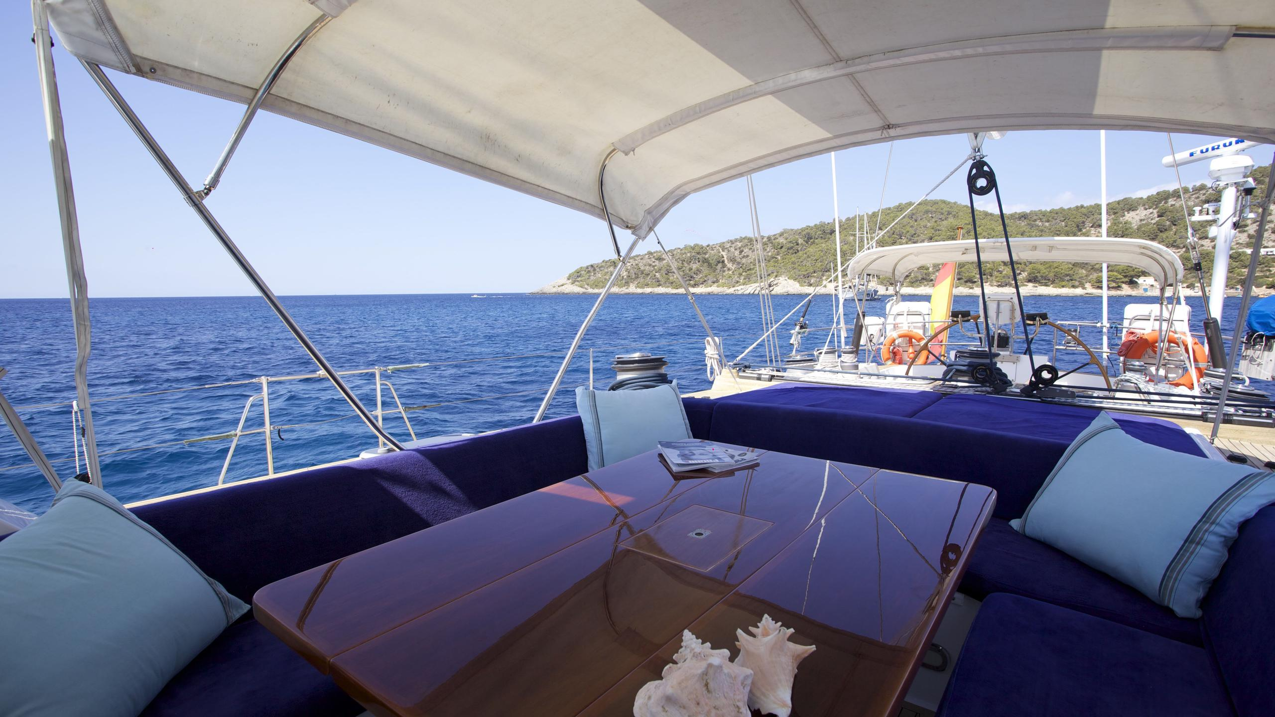 el-baile-yacht-aft-dining