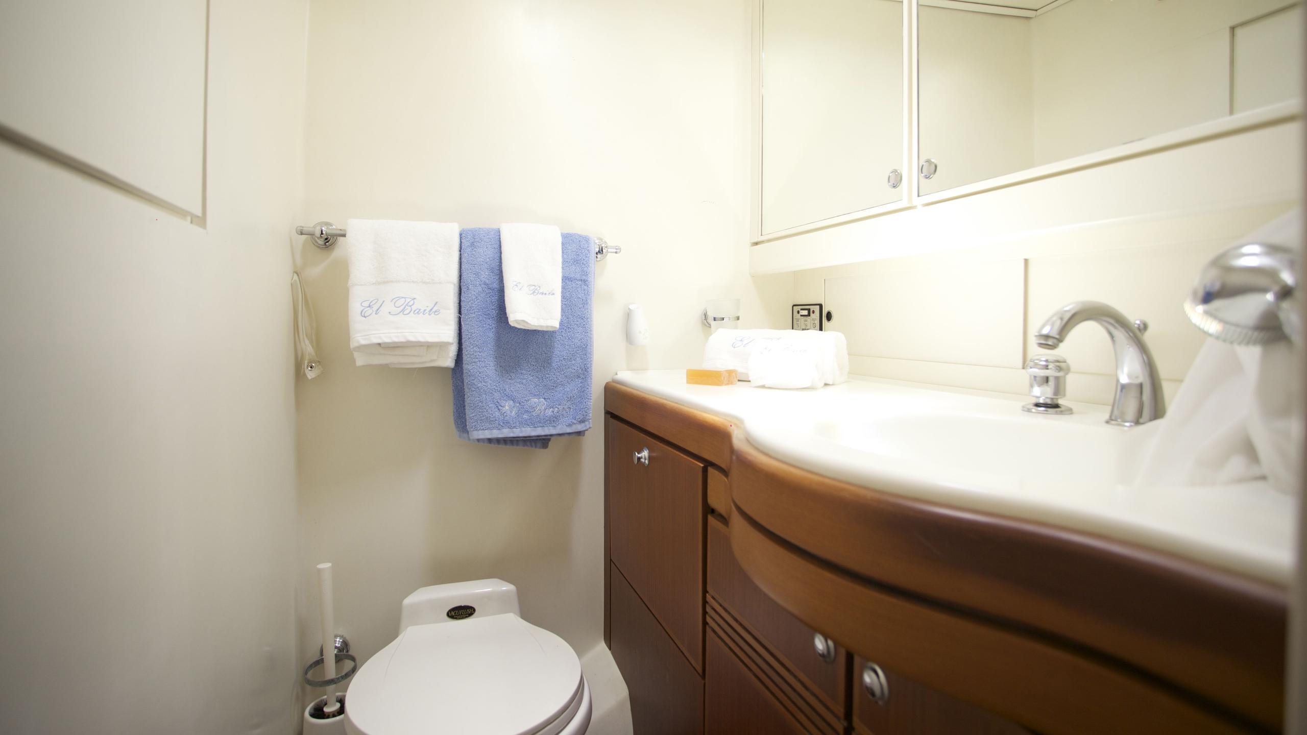 el-baile-yacht-bathroom