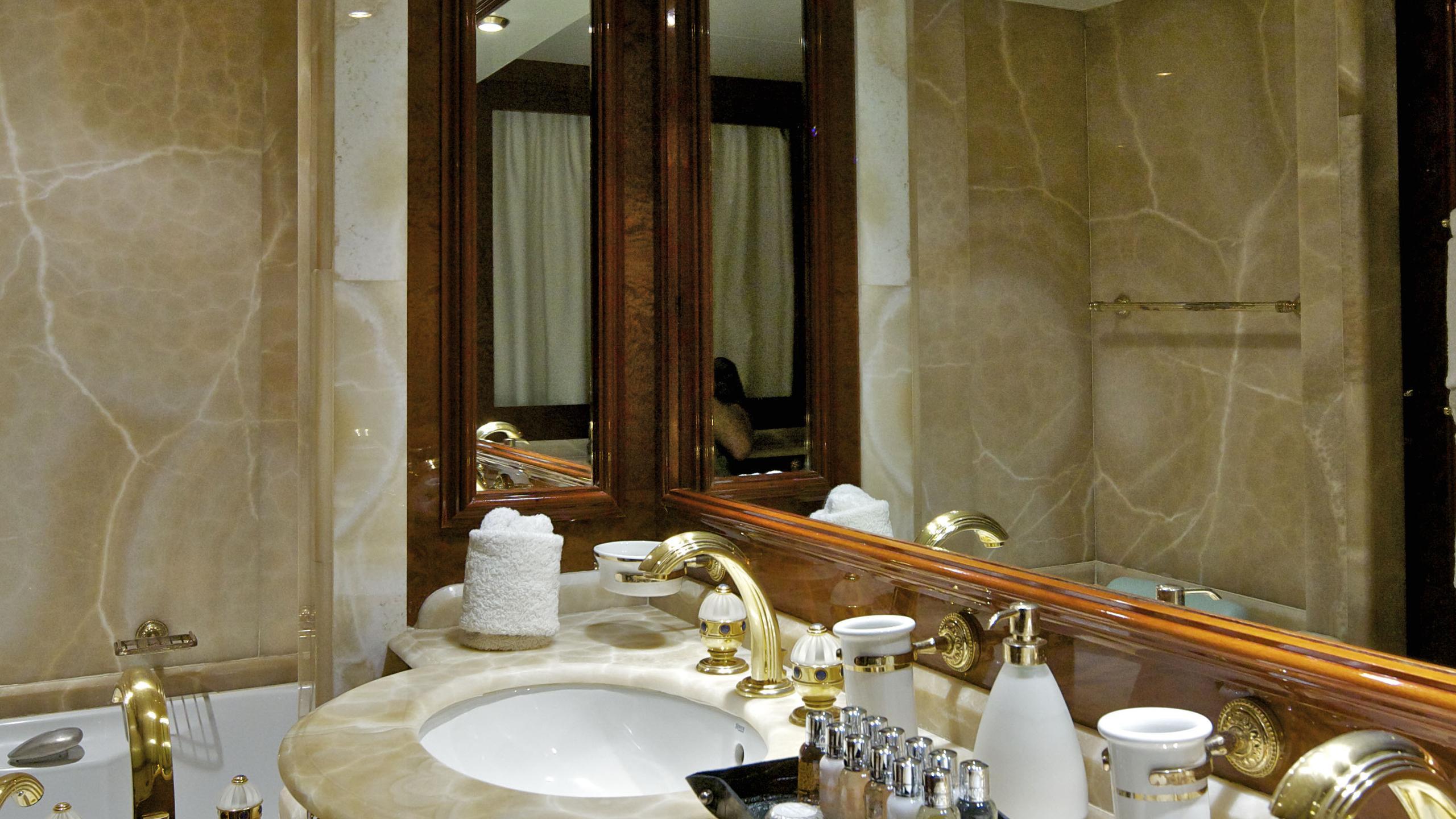 orion-yacht-bathroom