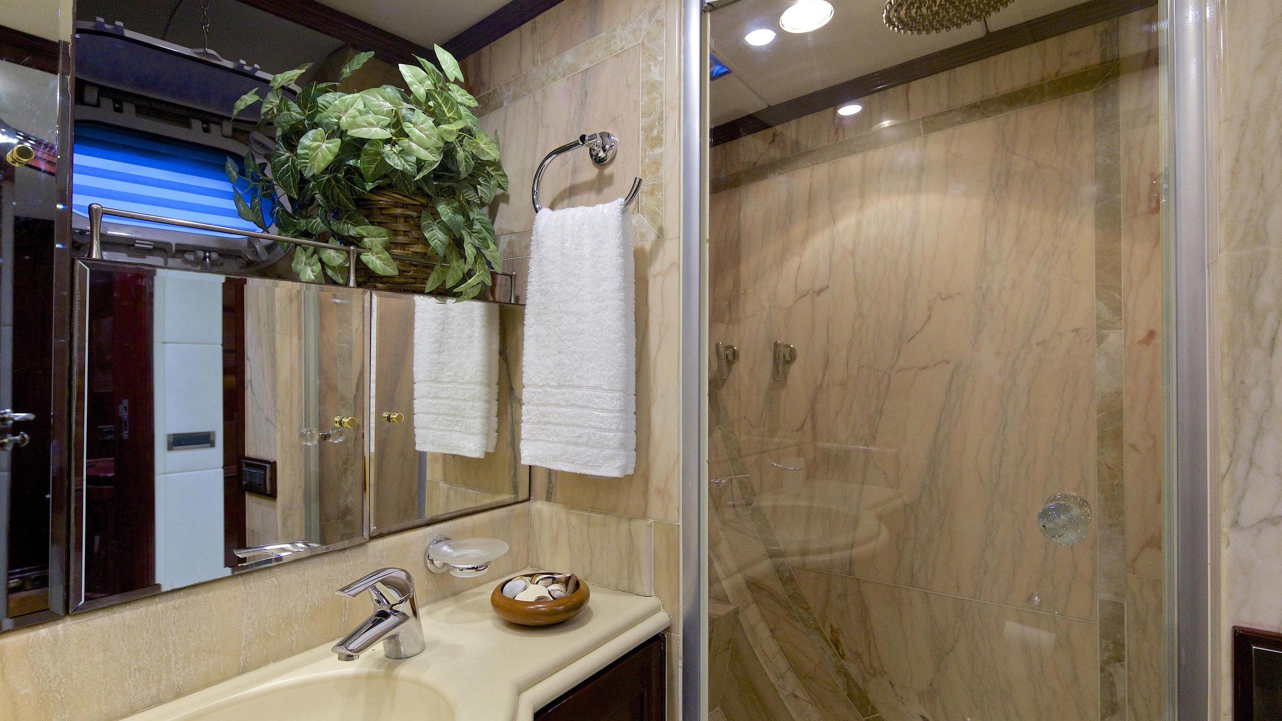 allure-yacht-bathroom