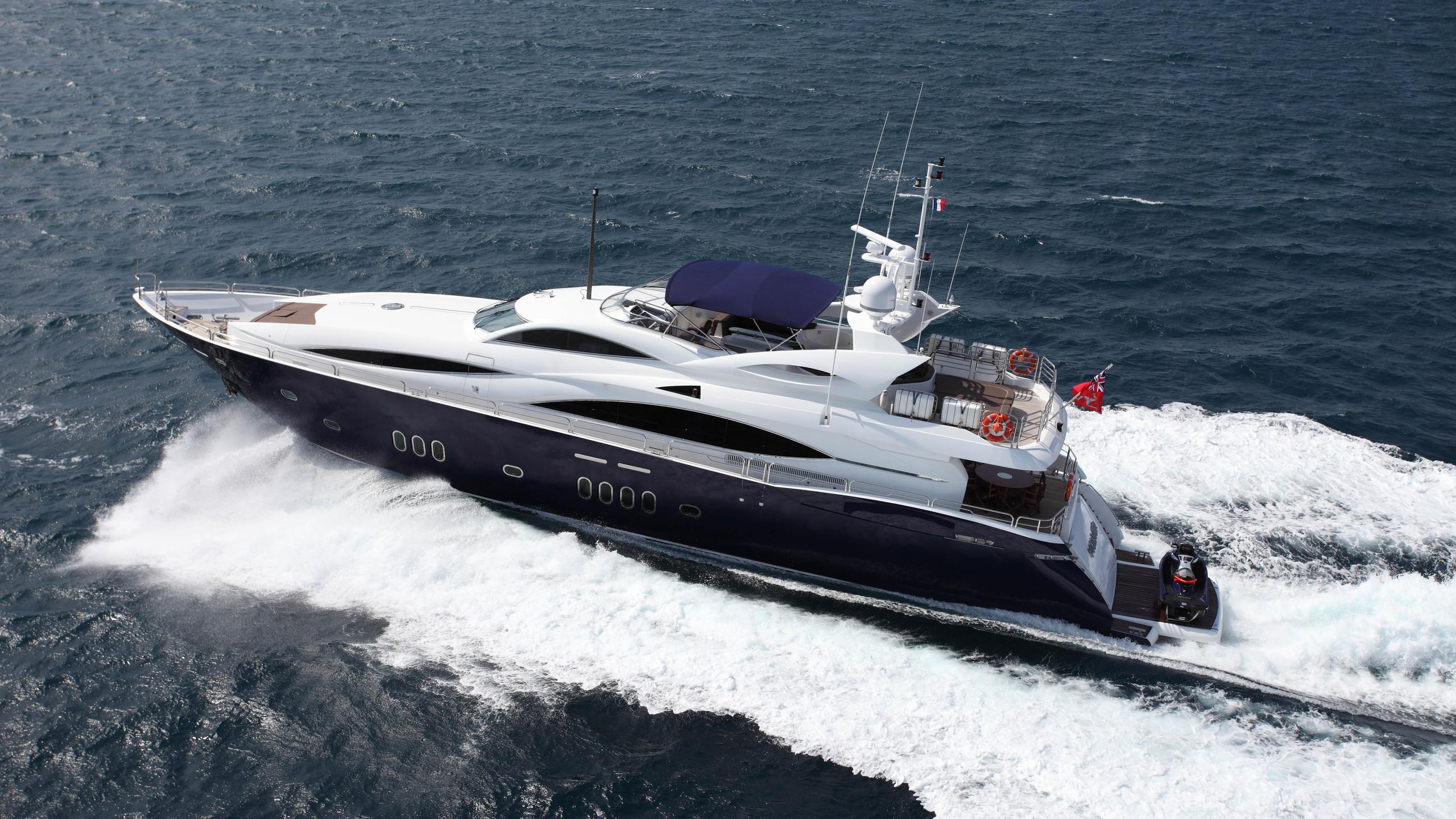 moliver-yacht-at-sea