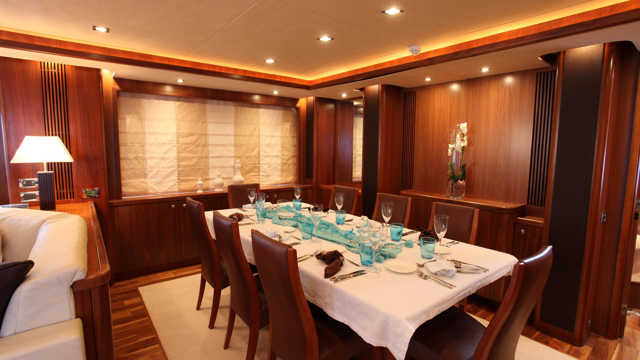moliver-yacht-formal-dining