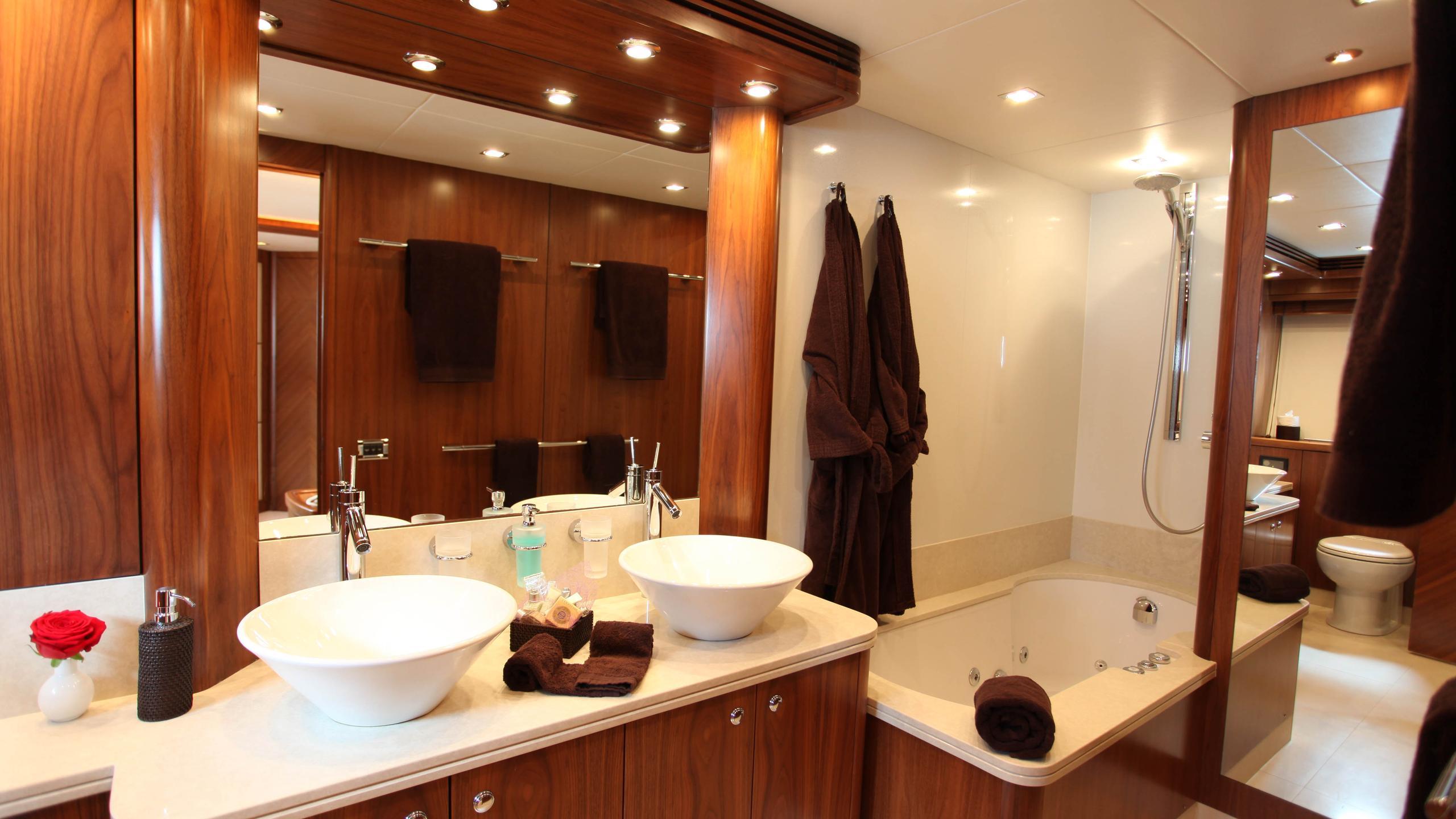 moliver-yacht-master-bathroom