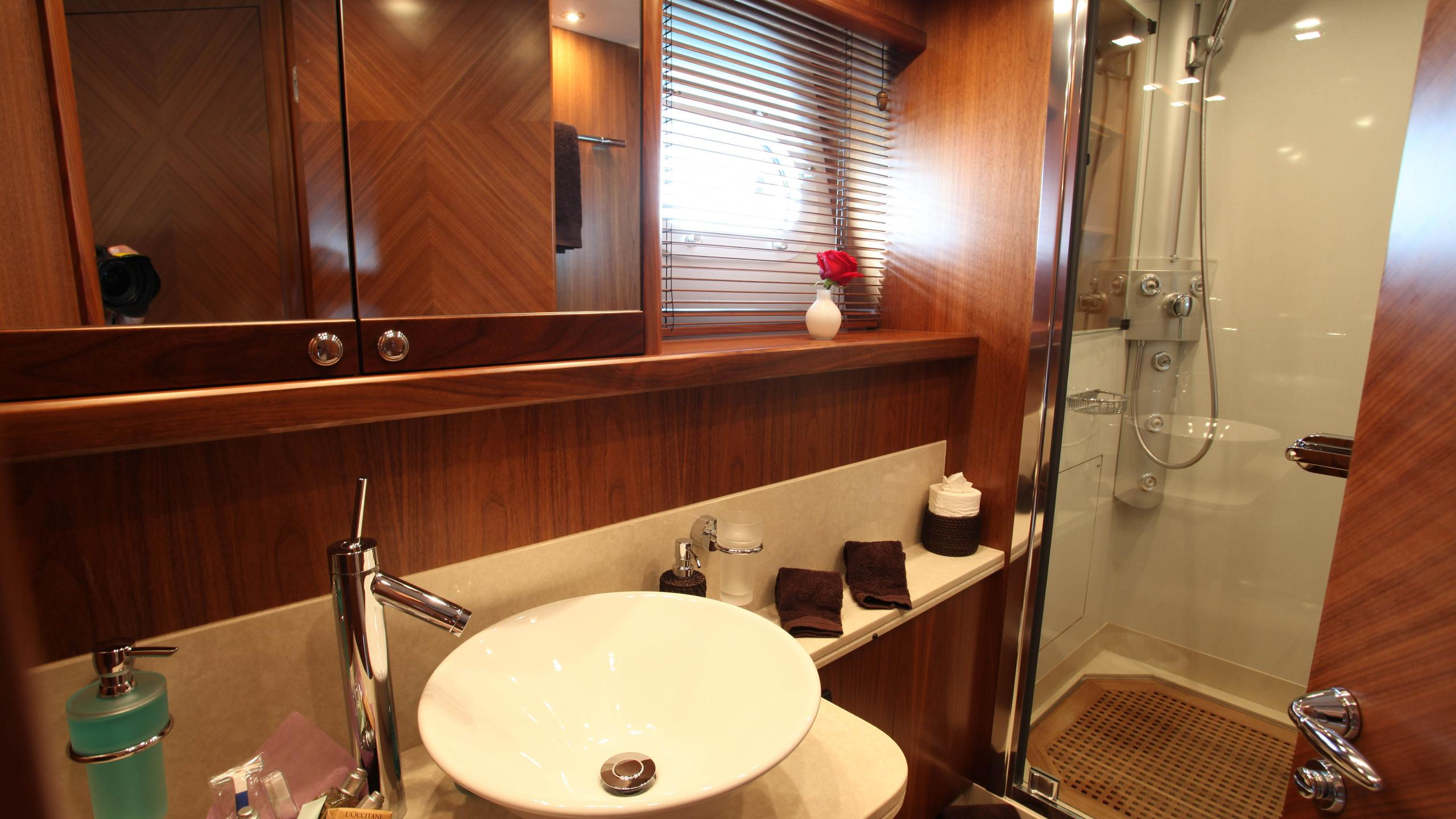 moliver-yacht-guest-bathroom