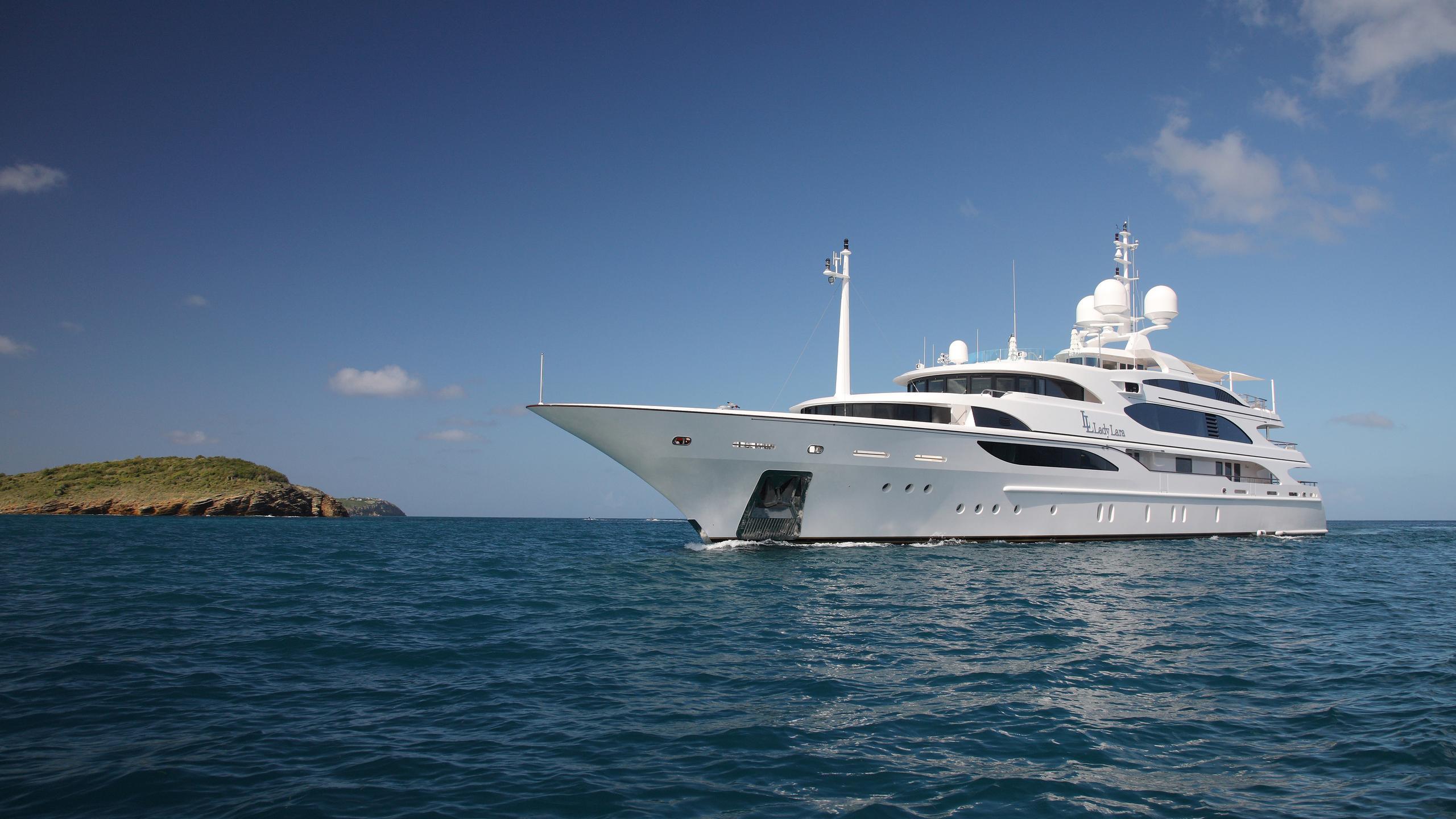 lady-laura-yacht-at-sea