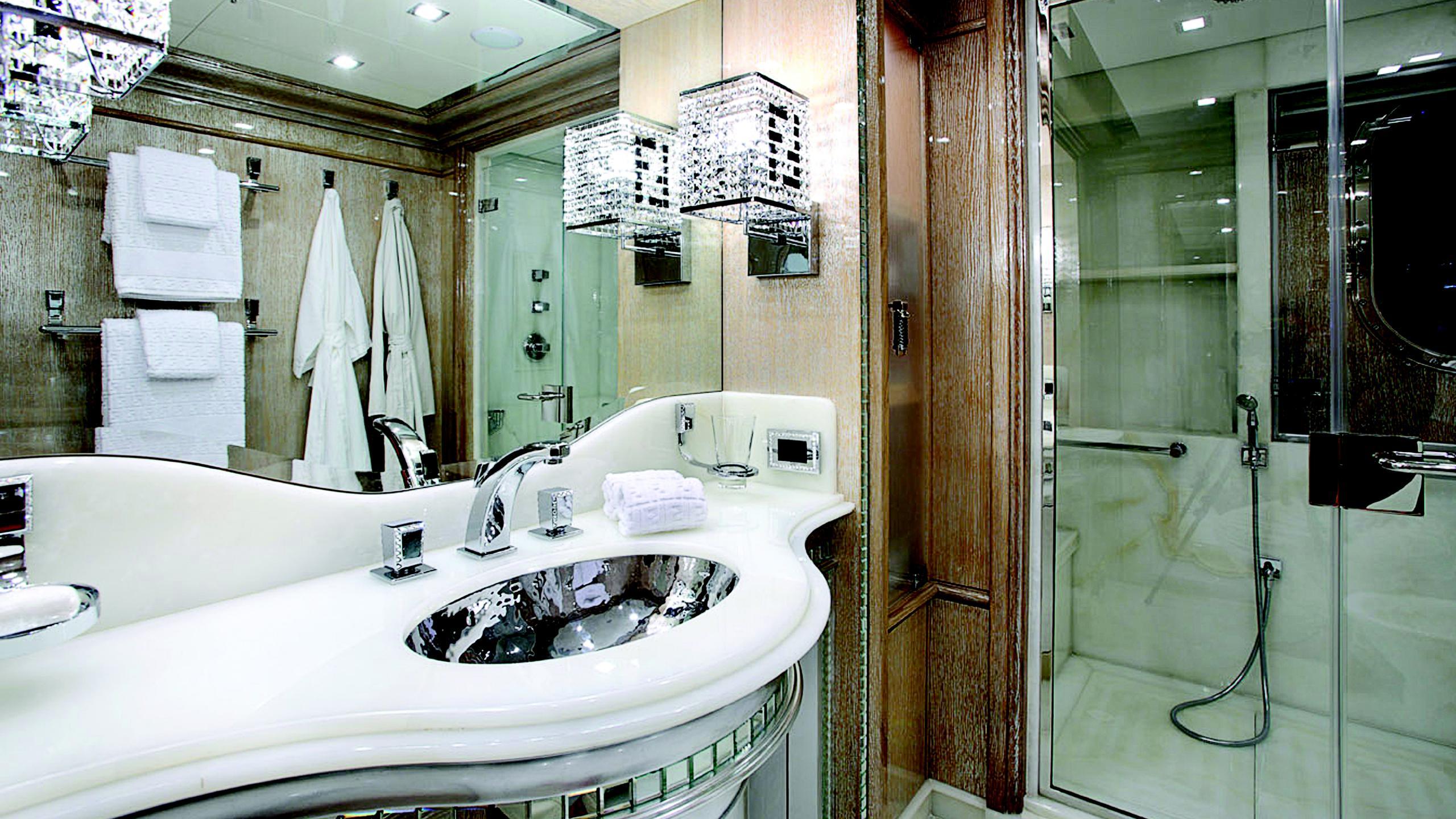 lady-laura-yacht-bathroom