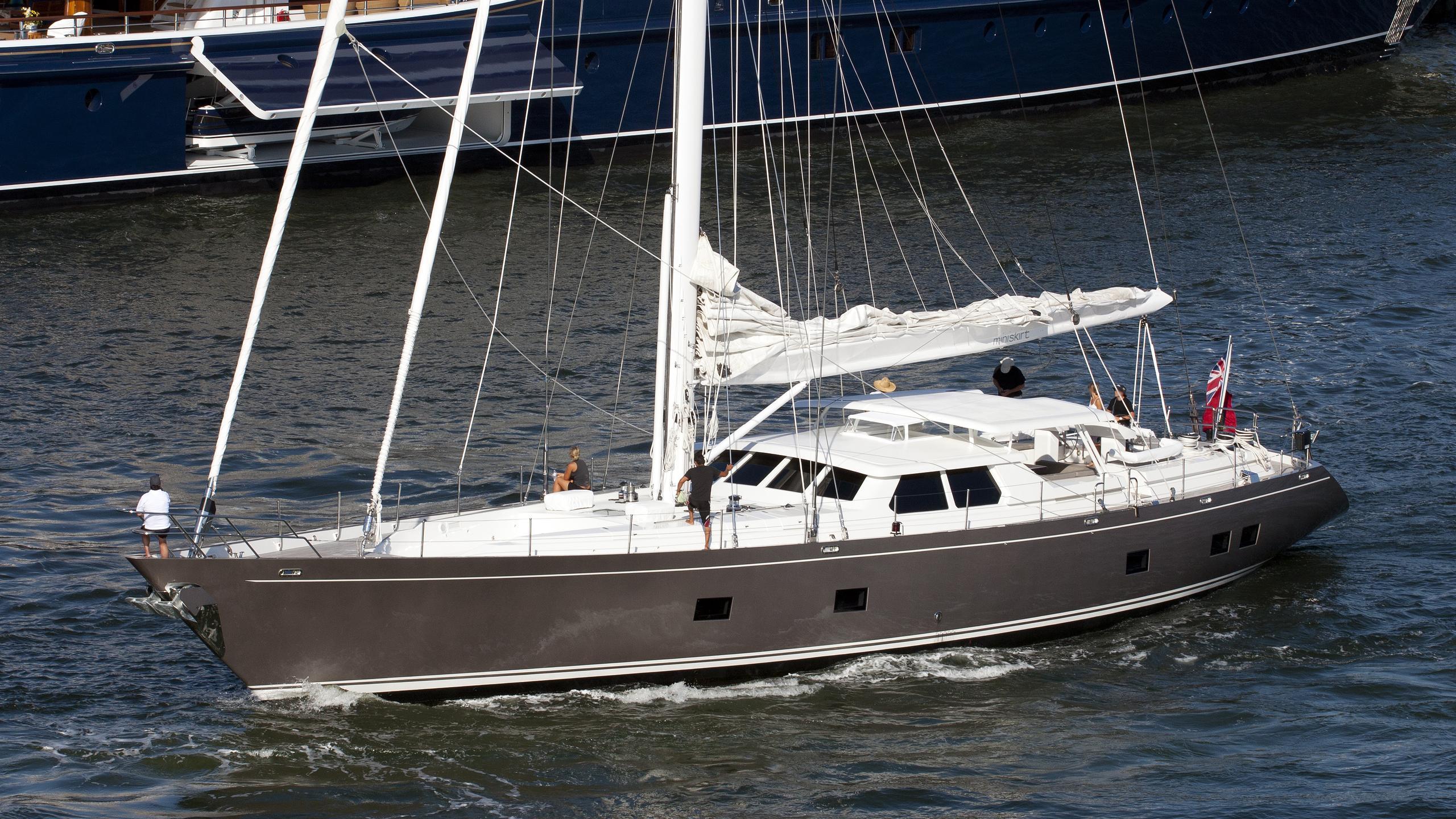 miniskirt-yacht-exterior