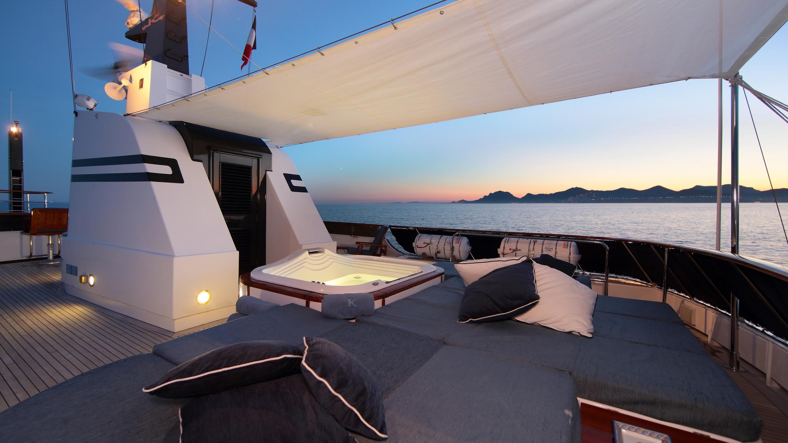 kirkland-yacht-sun-lounger-night-time