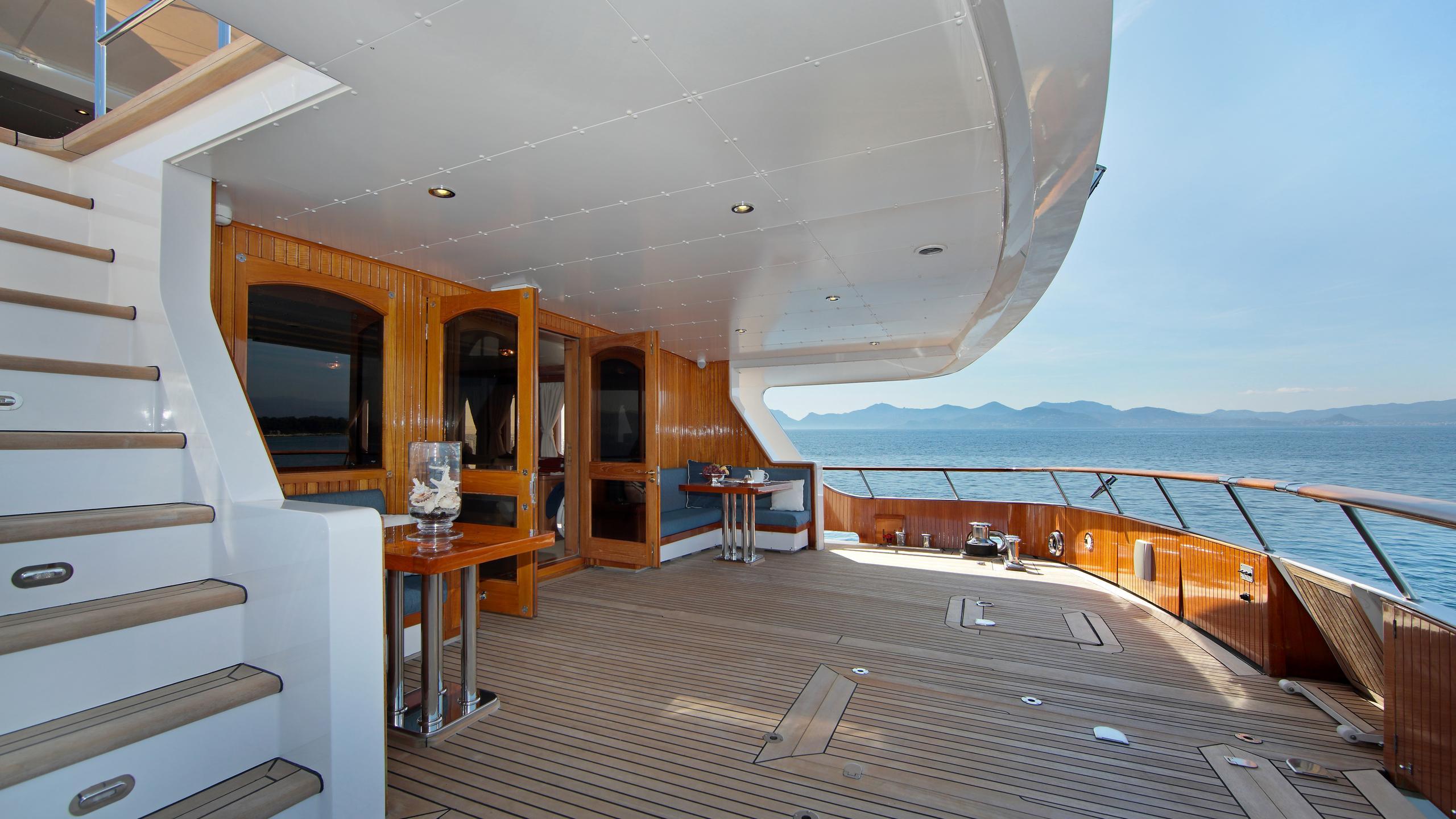 kirkland-yacht-aft-dining
