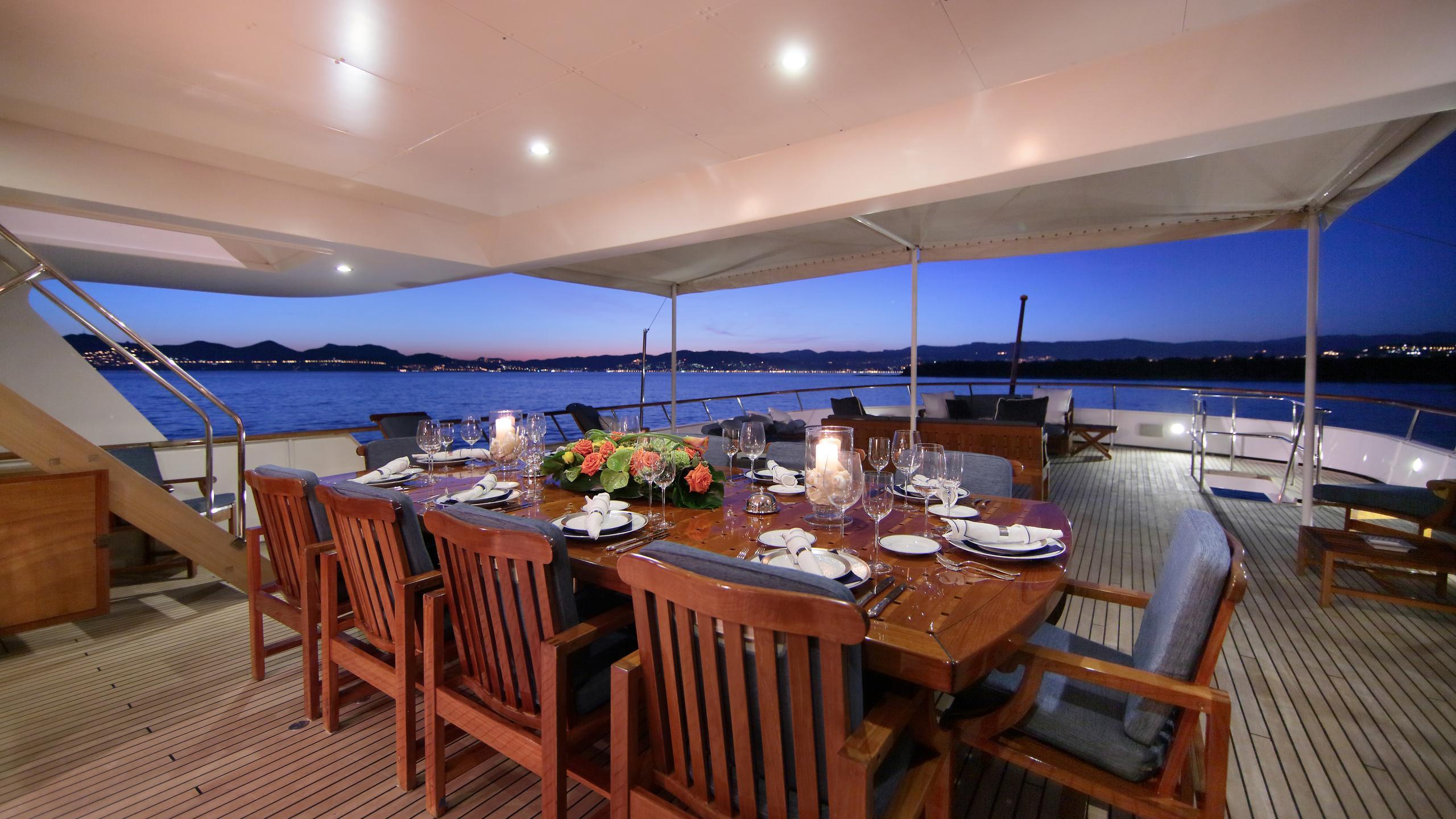 kirkland-yacht-exterior-dining