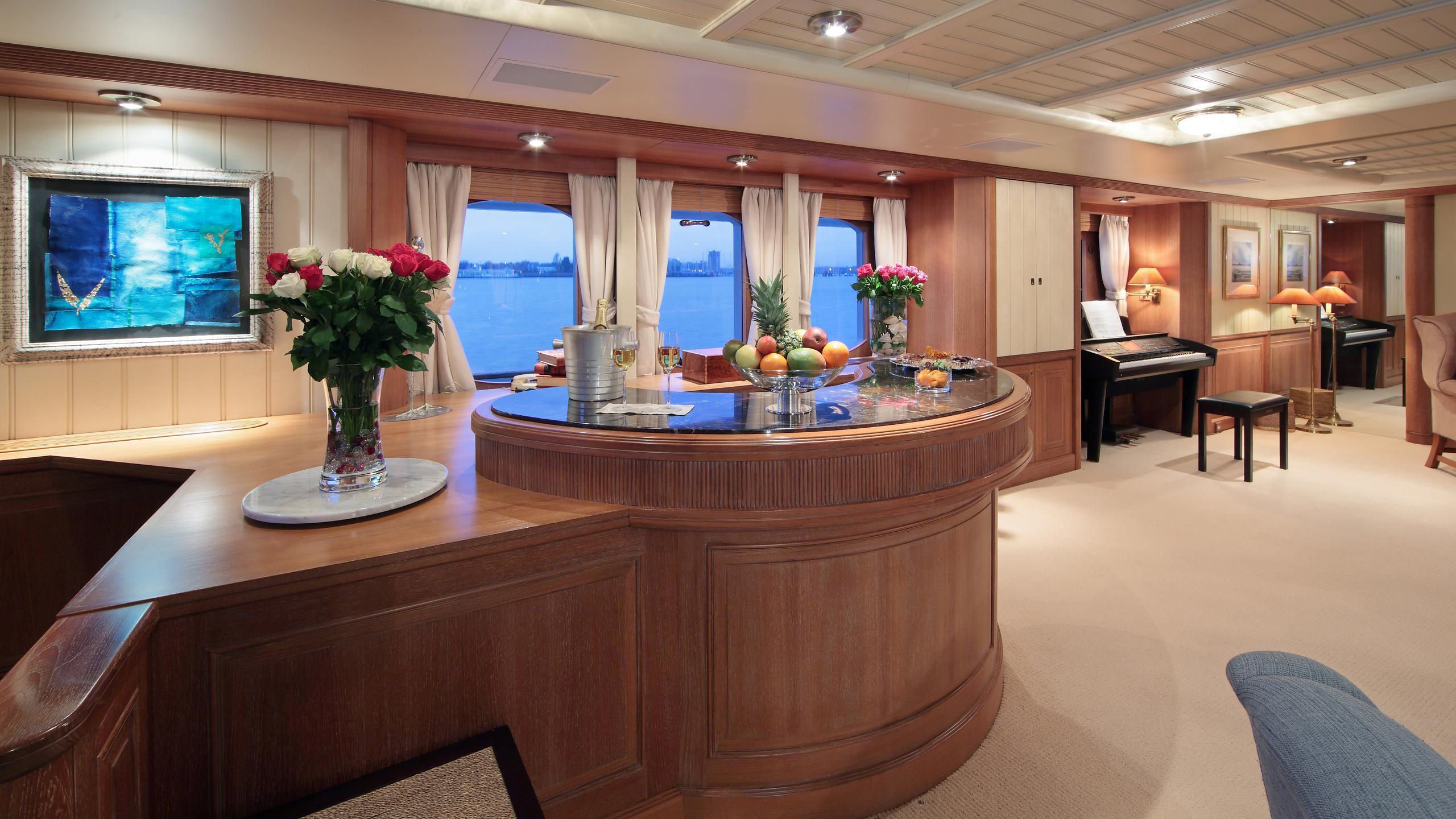 kirkland-yacht-bar