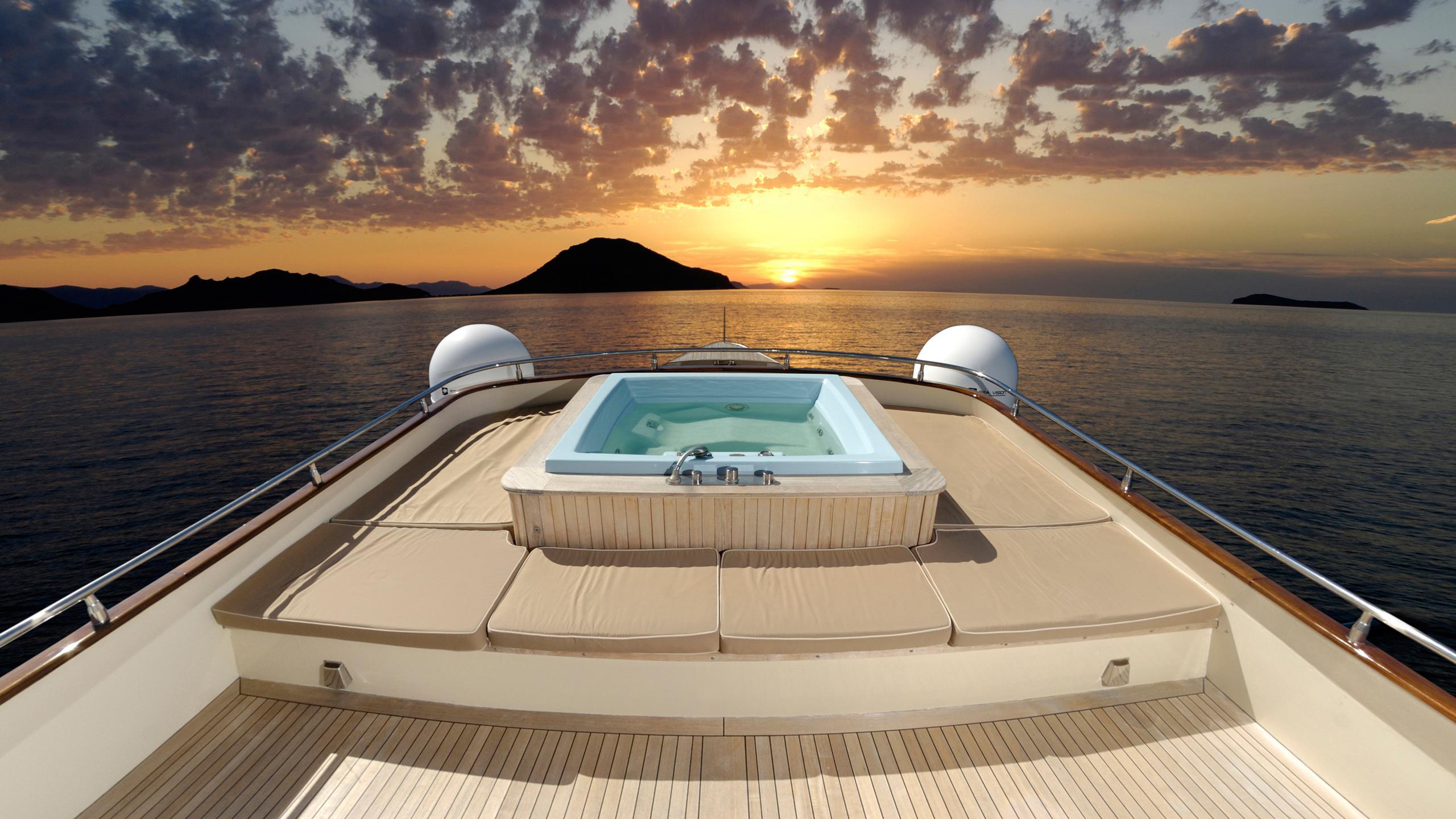 meserret-yacht-jacuzzi