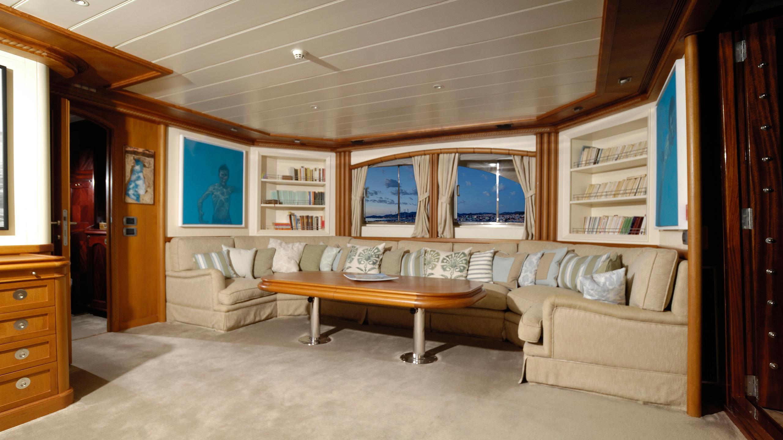 meserret-yacht-dining