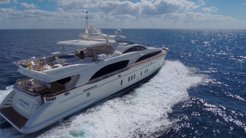 happy-hour-yacht-running