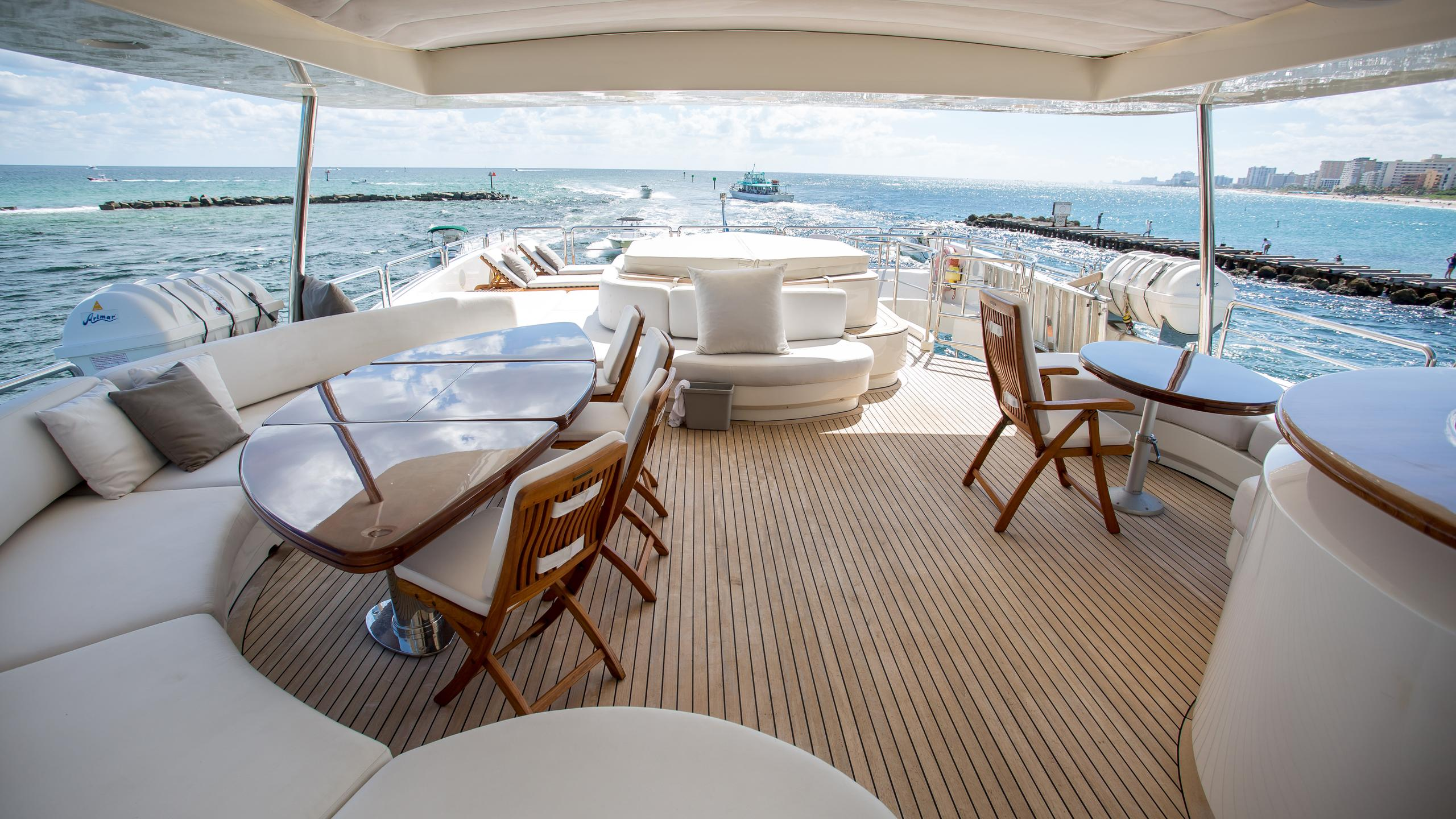 happy-hour-yacht-fly-deck