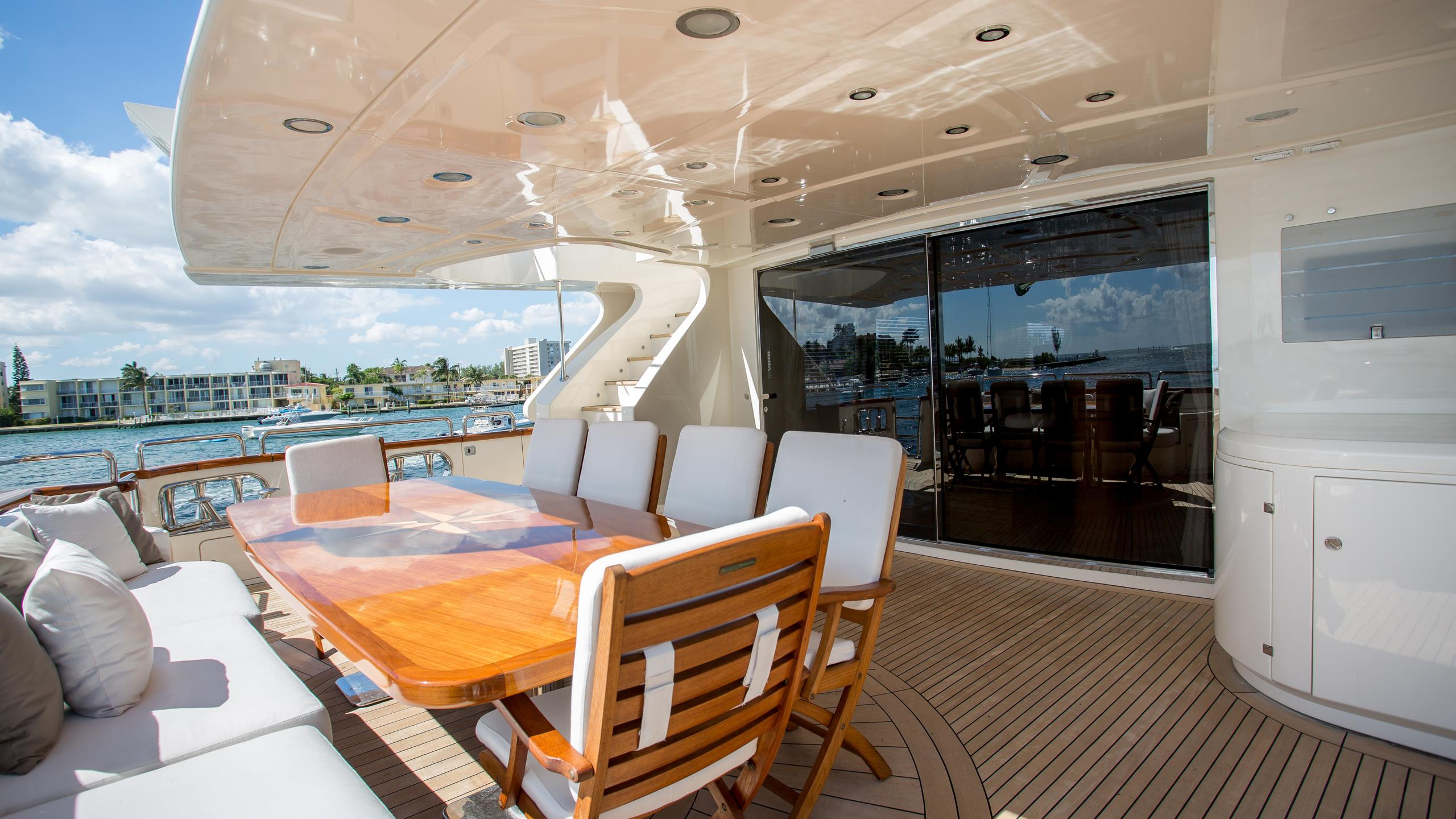 happy-hour-yacht-aft-dining