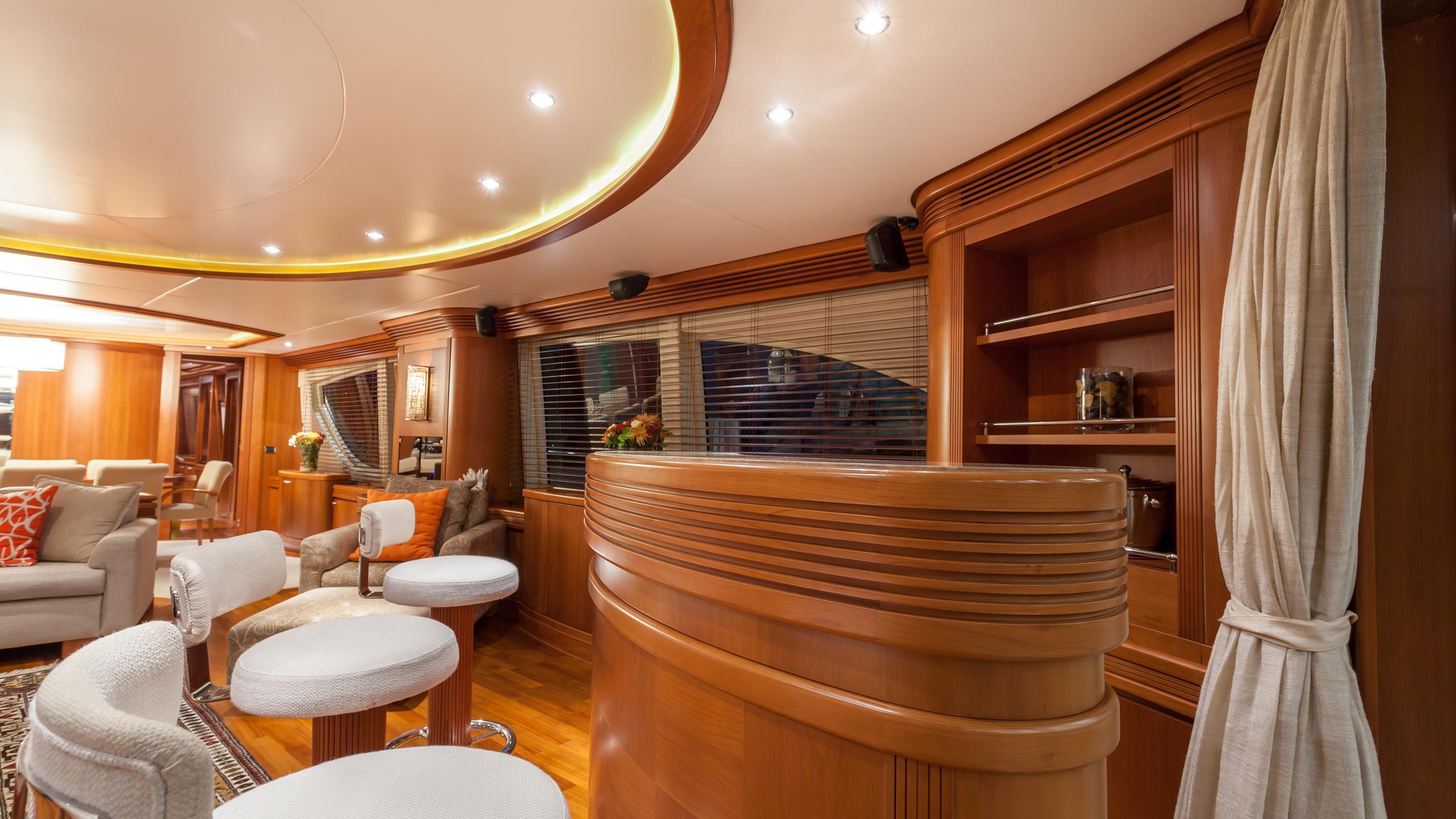 happy-hour-yacht-bar