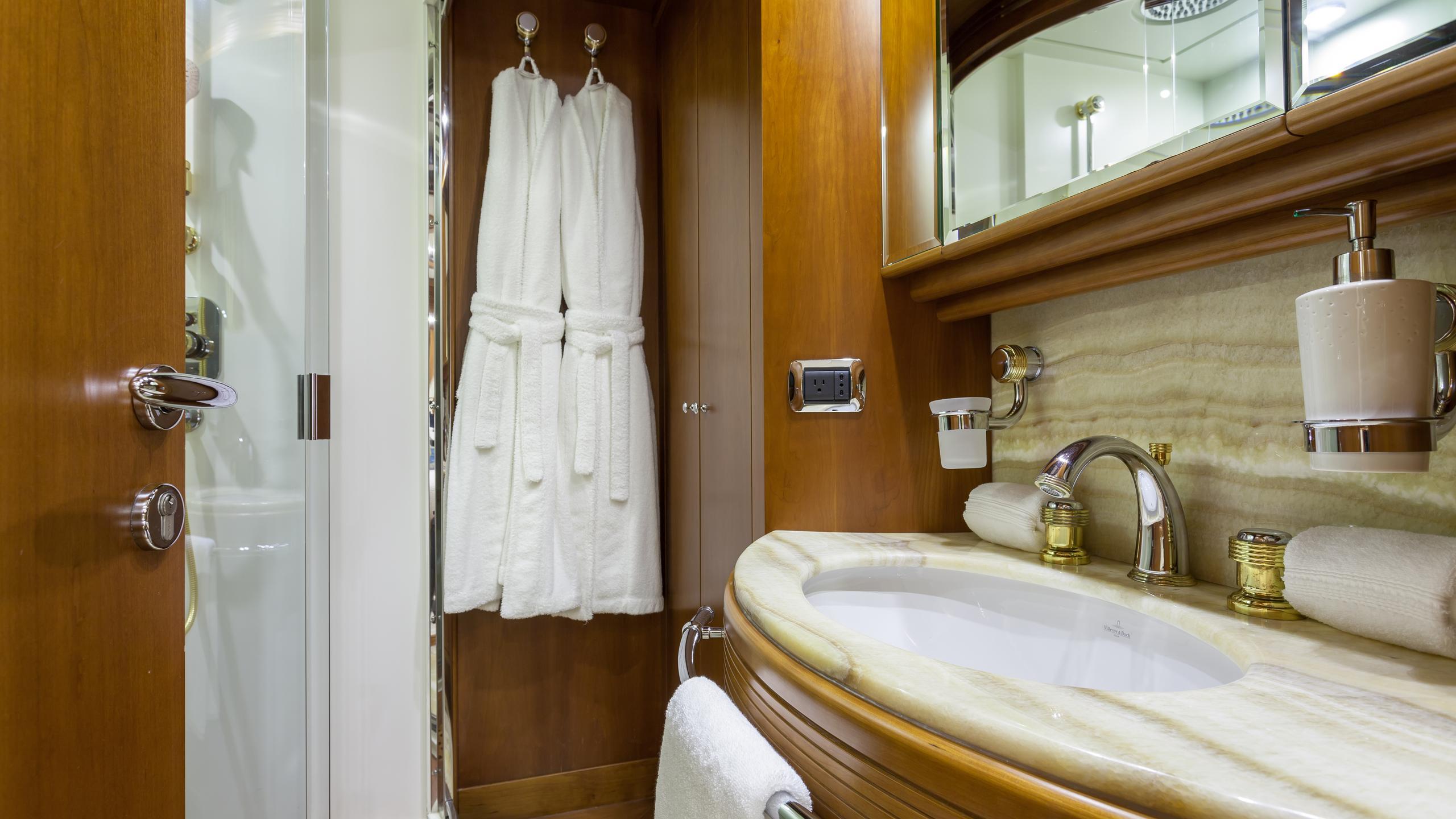 happy-hour-yacht-double-bathroom