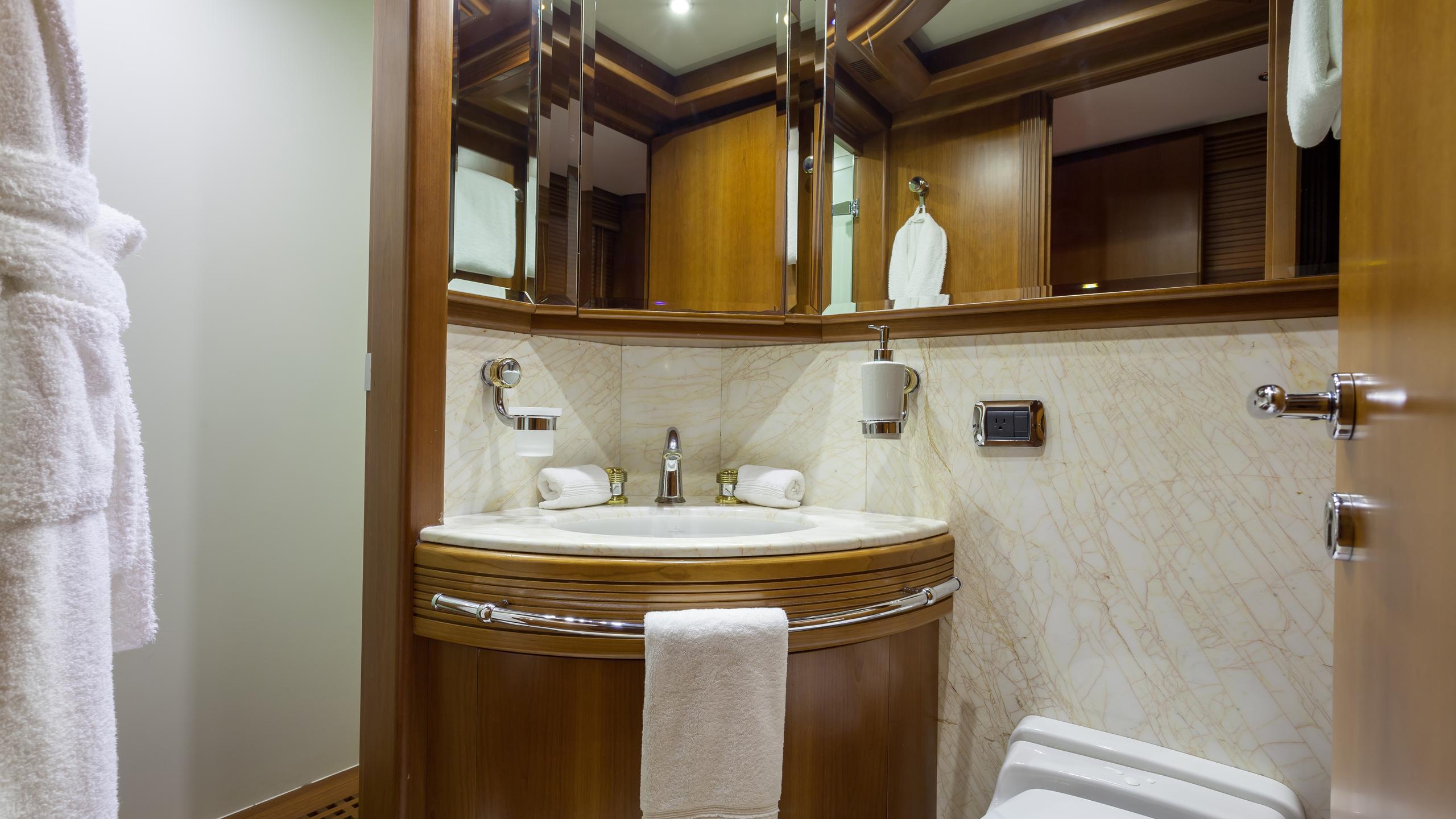 happy-hour-yacht-vip-bathroom