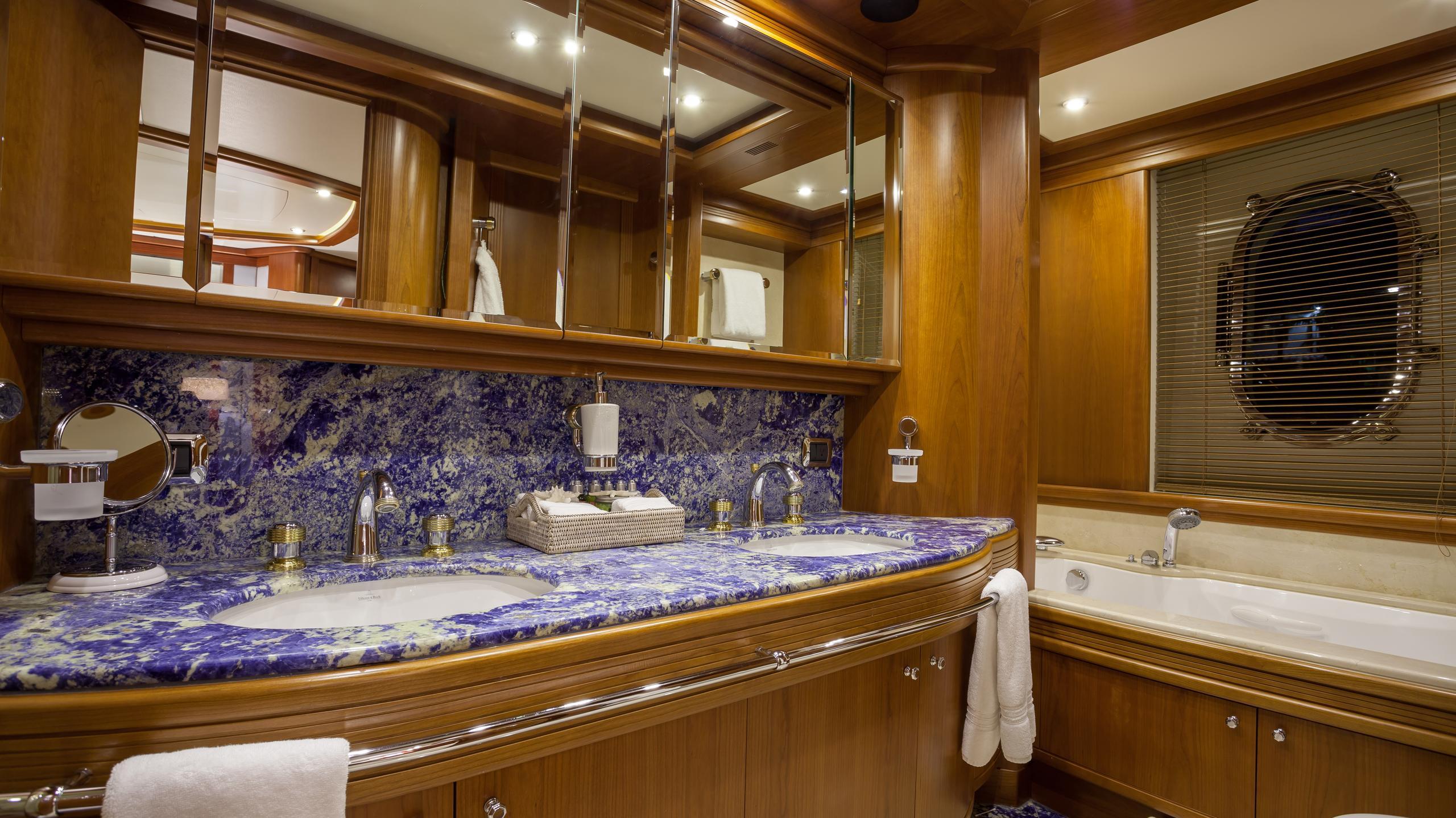happy-hour-yacht-master-bathroom