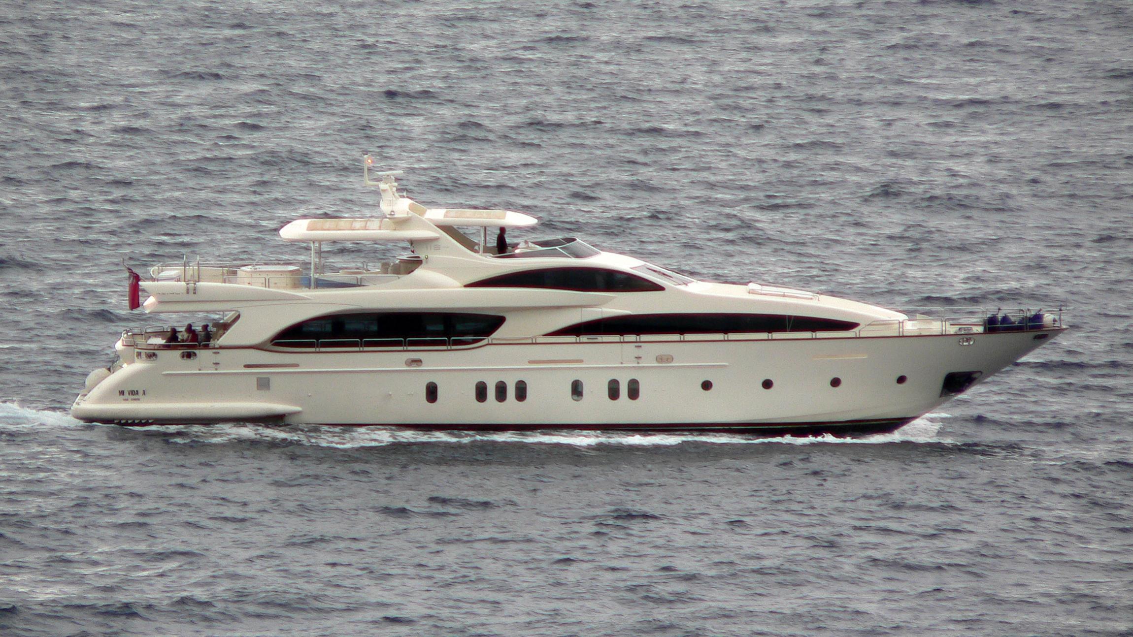 la-dea-yacht-exterior