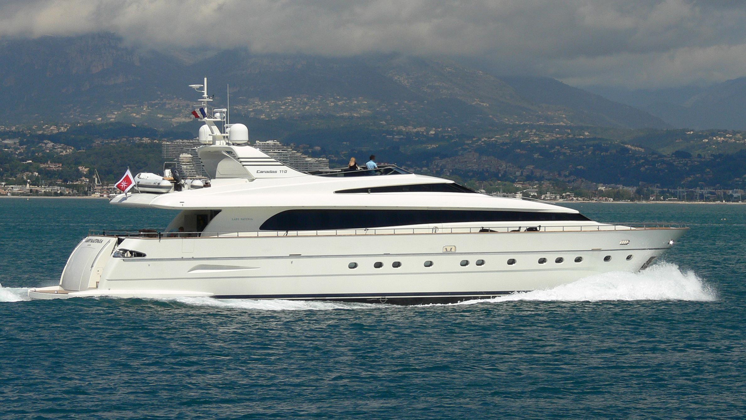 layazula-yacht-exterior