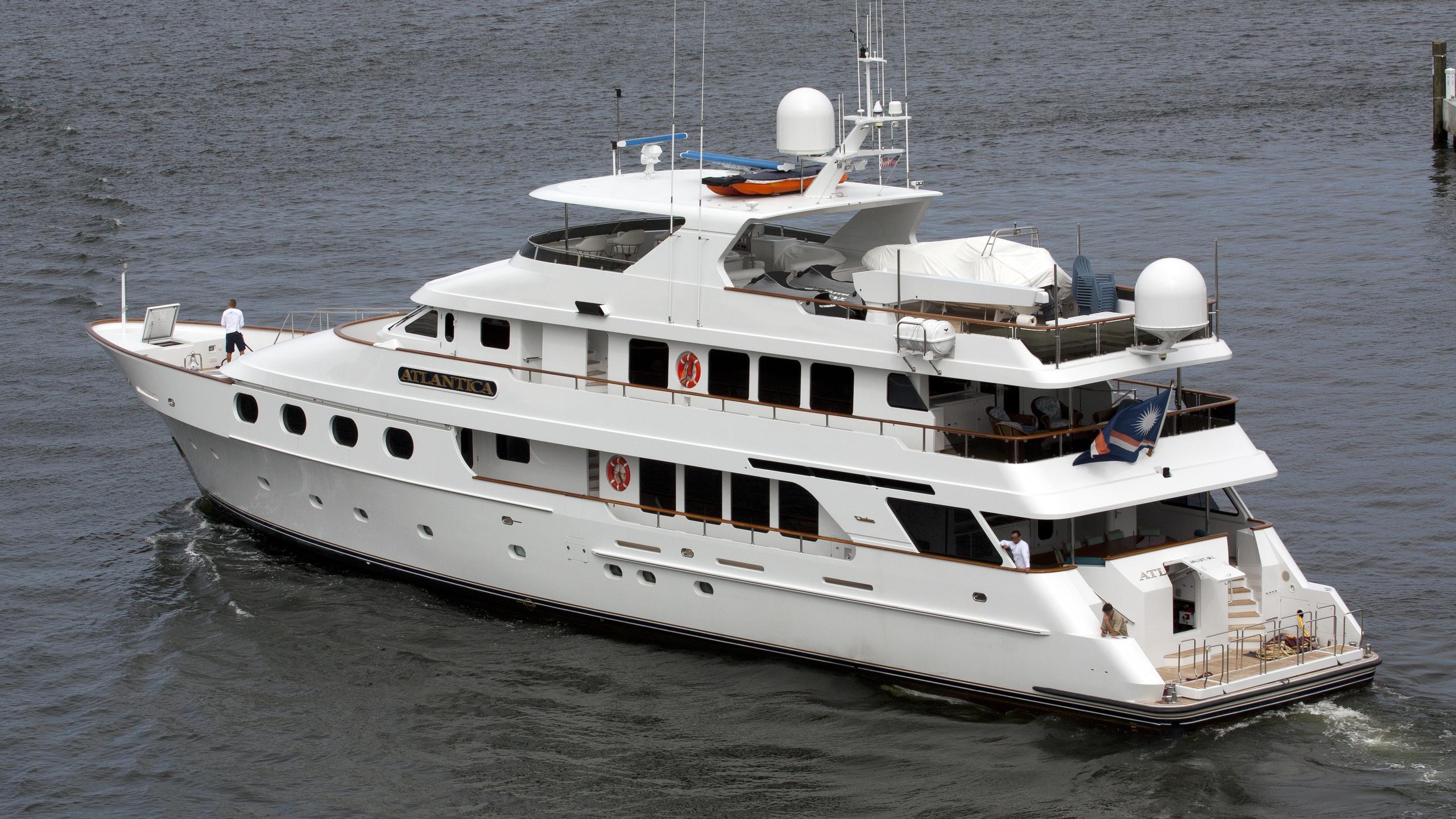 queen d atlantica motoryacht christensen 36m 2000 half stern
