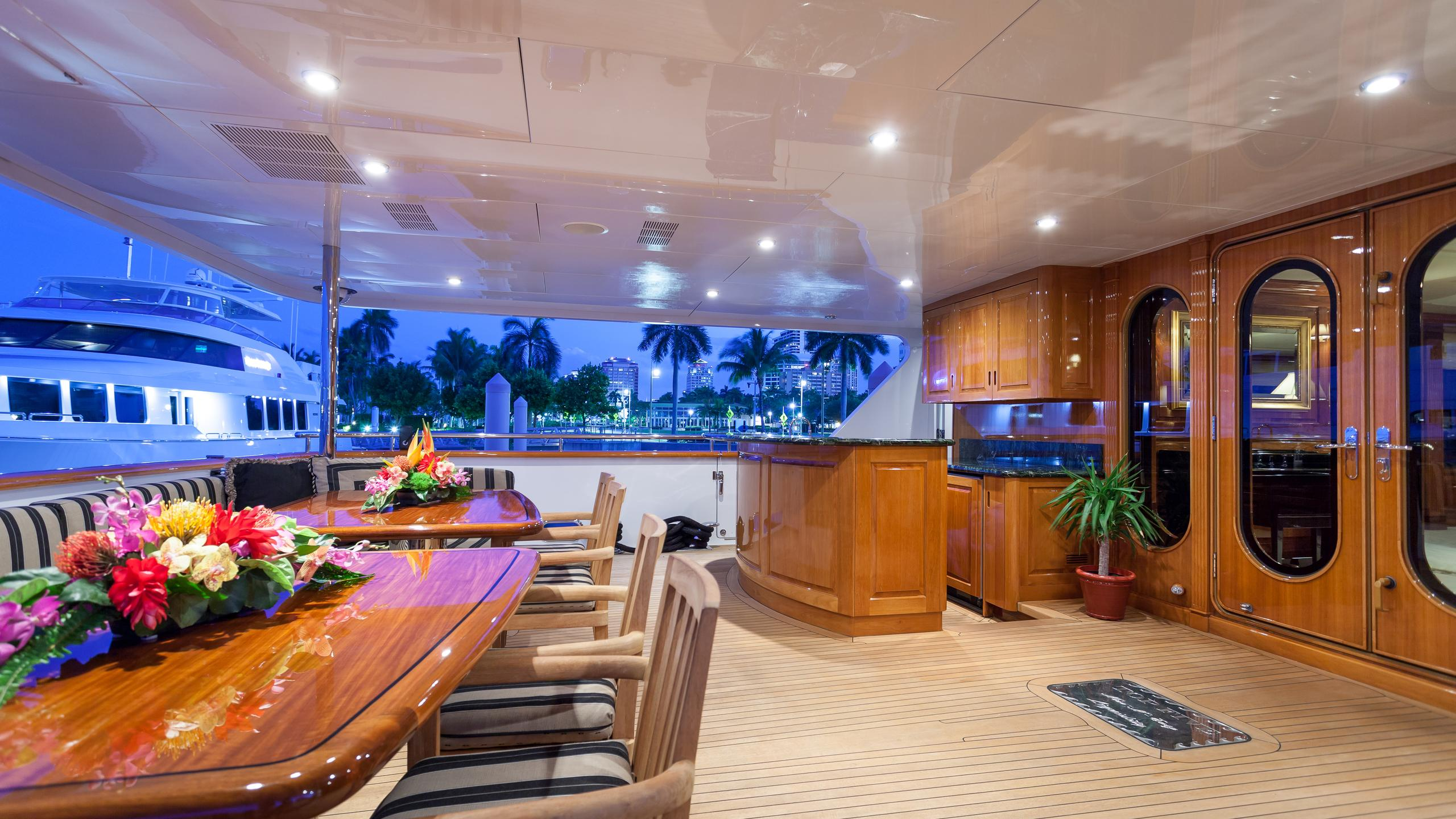 top-five-yacht-aft-dining