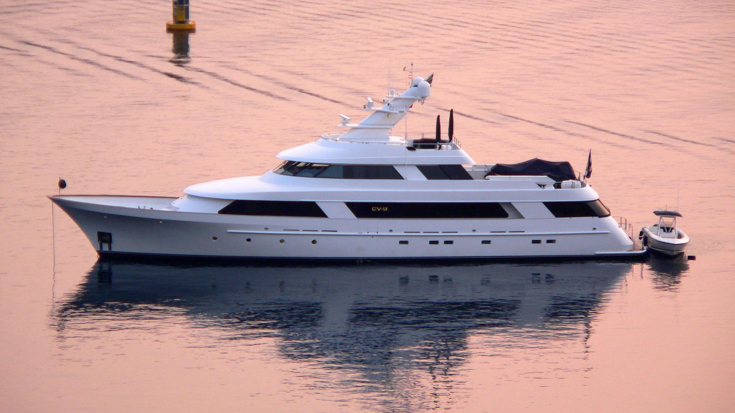 cv9-yacht-exterior