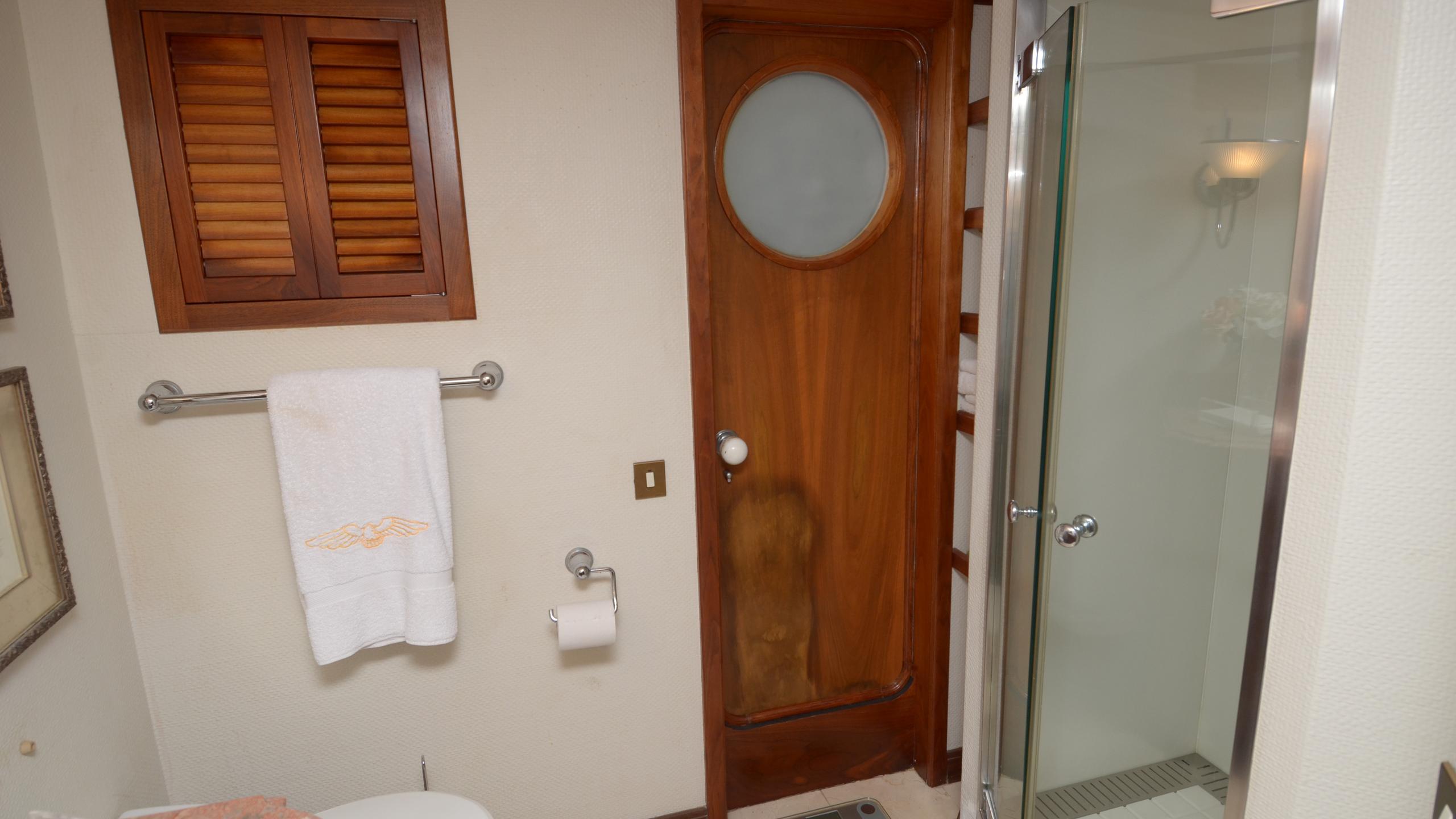silent-wings-ii-yacht-bathroom