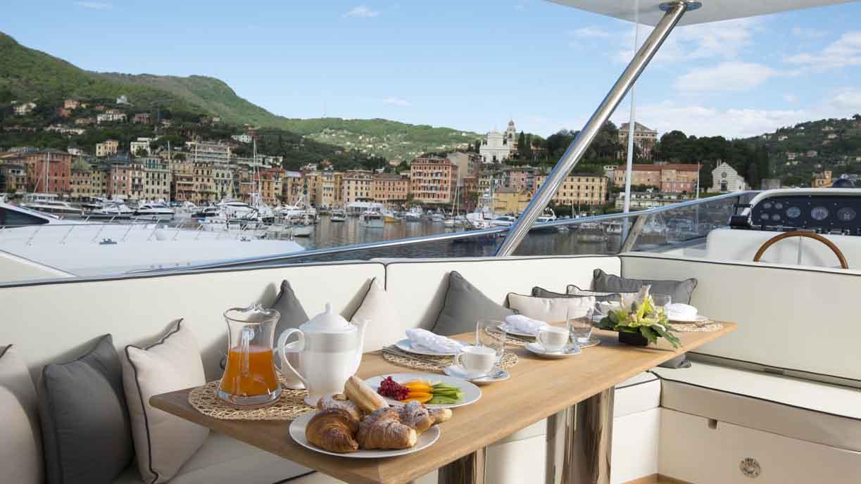 the-wellesley-yacht-fly-bridge-dining
