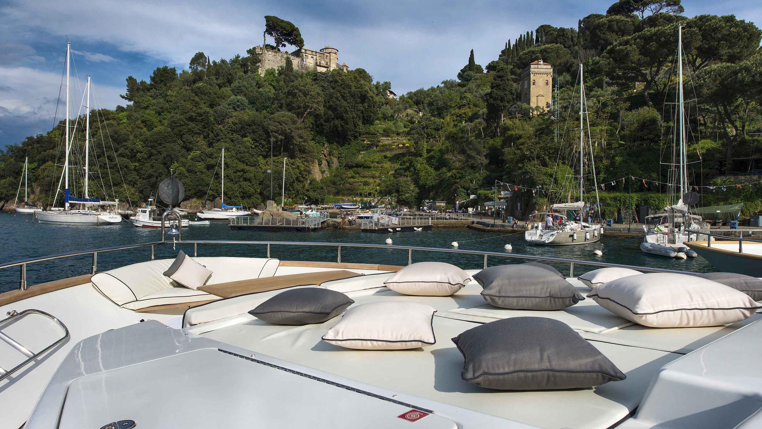 the-wellesley-yacht-sun-deck