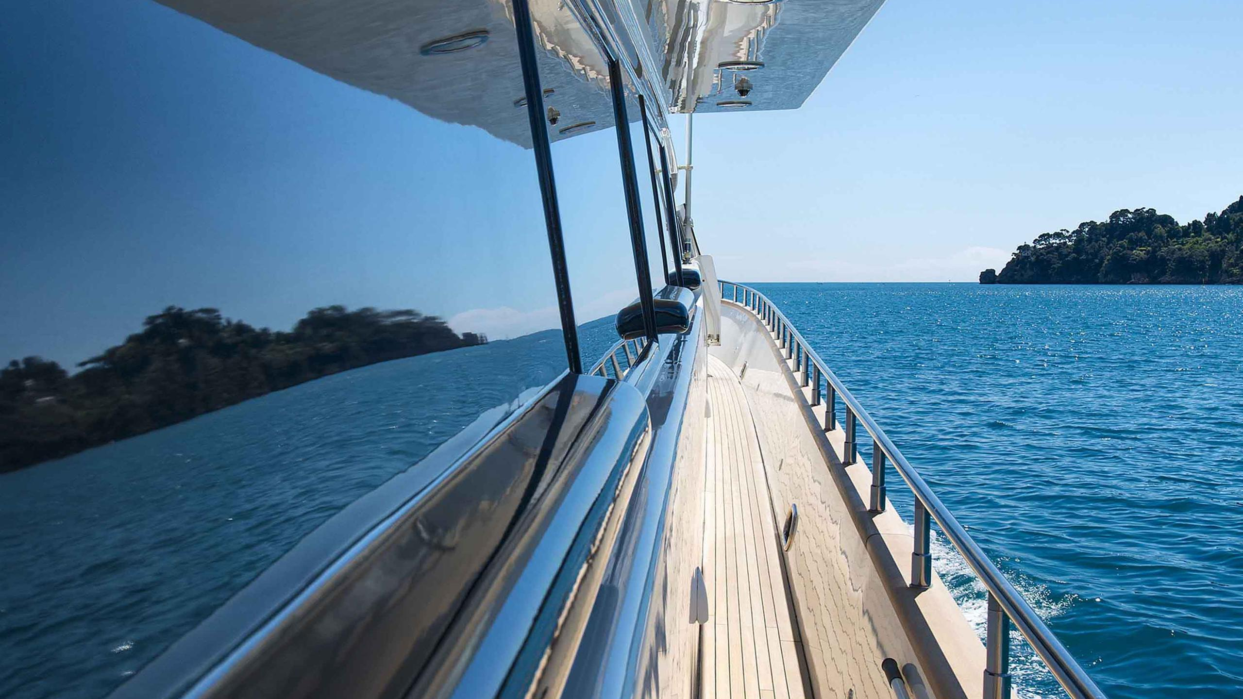 the-wellesley-yacht-side-deck