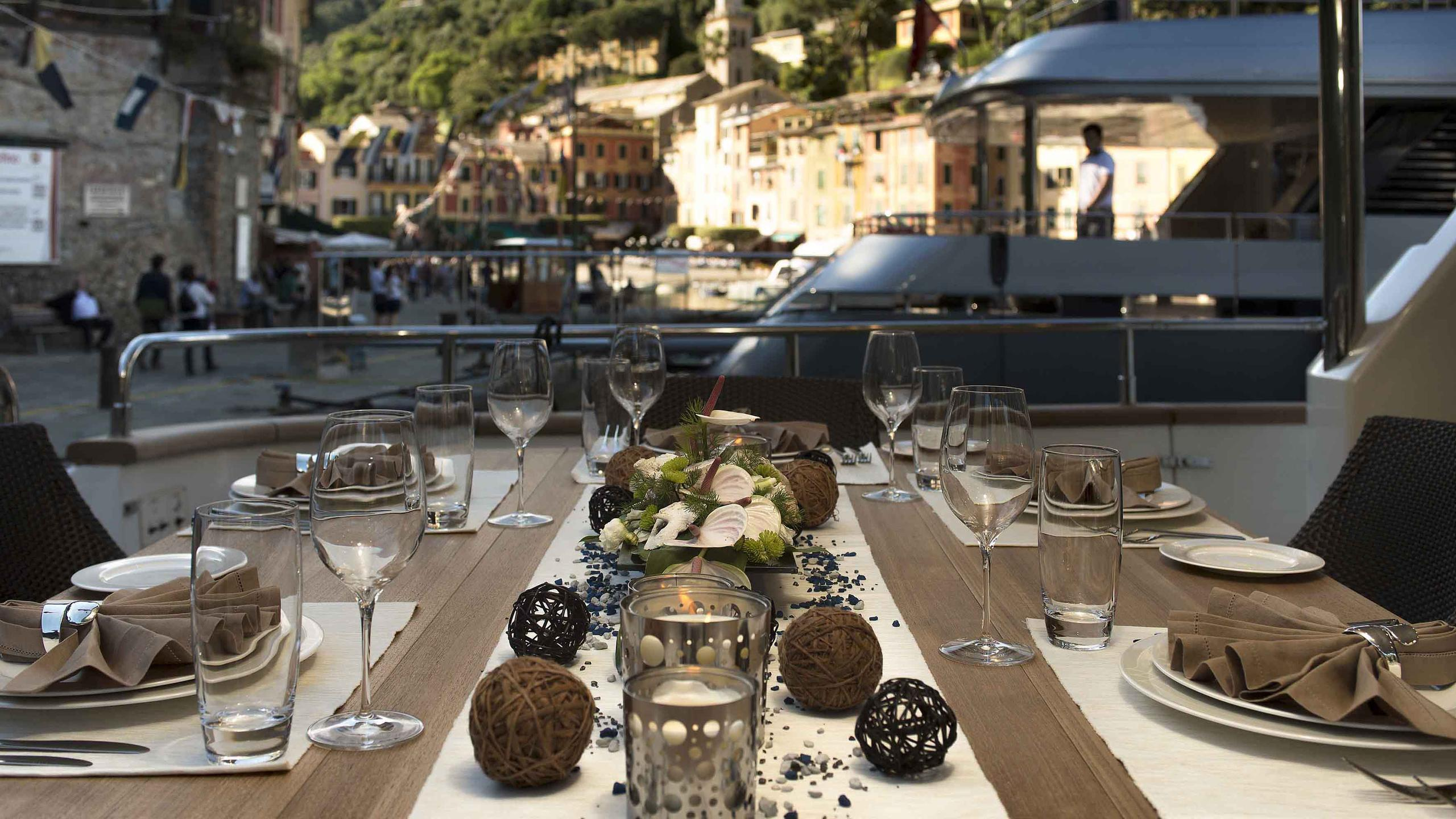 the-wellesley-yacht-aft-dining