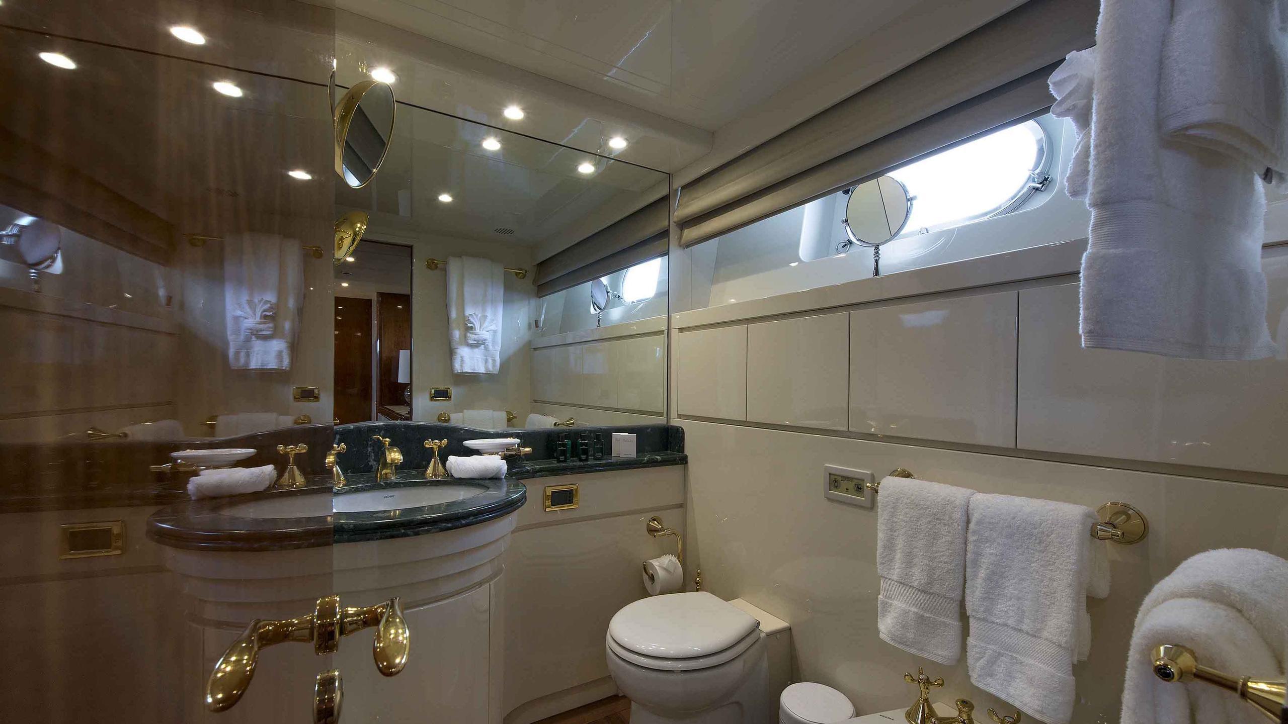 the-wellesley-yacht-bathroom