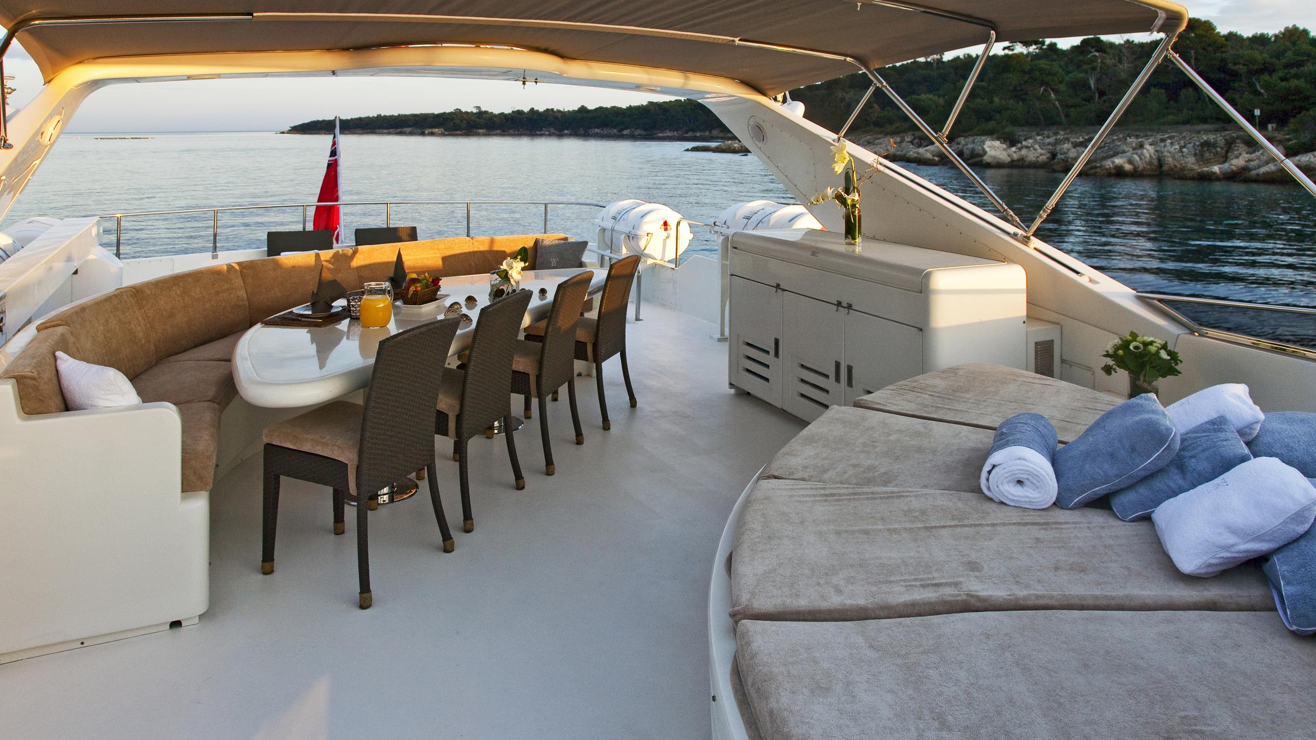 syngery-yacht-dining