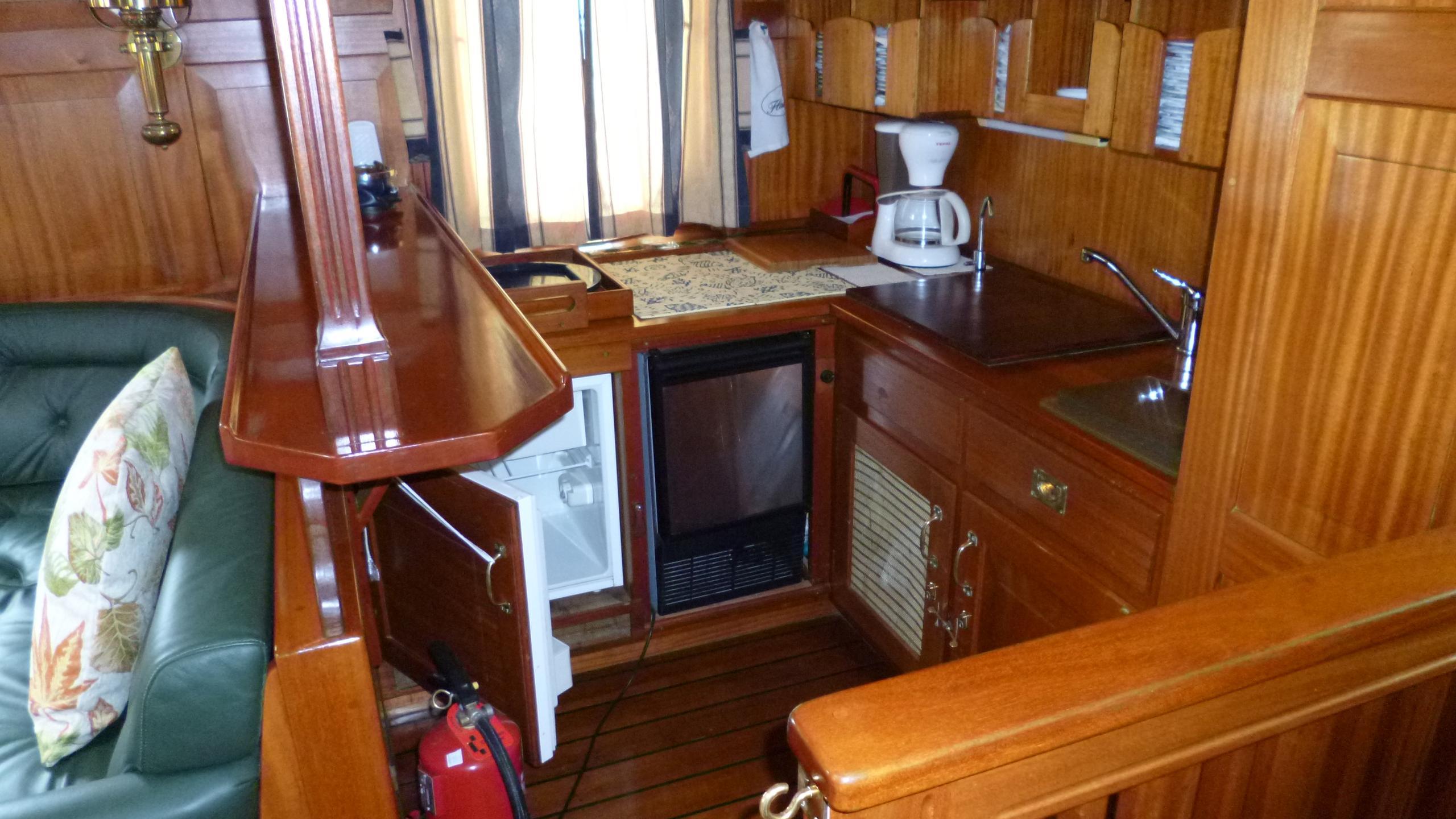 blue-c1-yacht-dinette