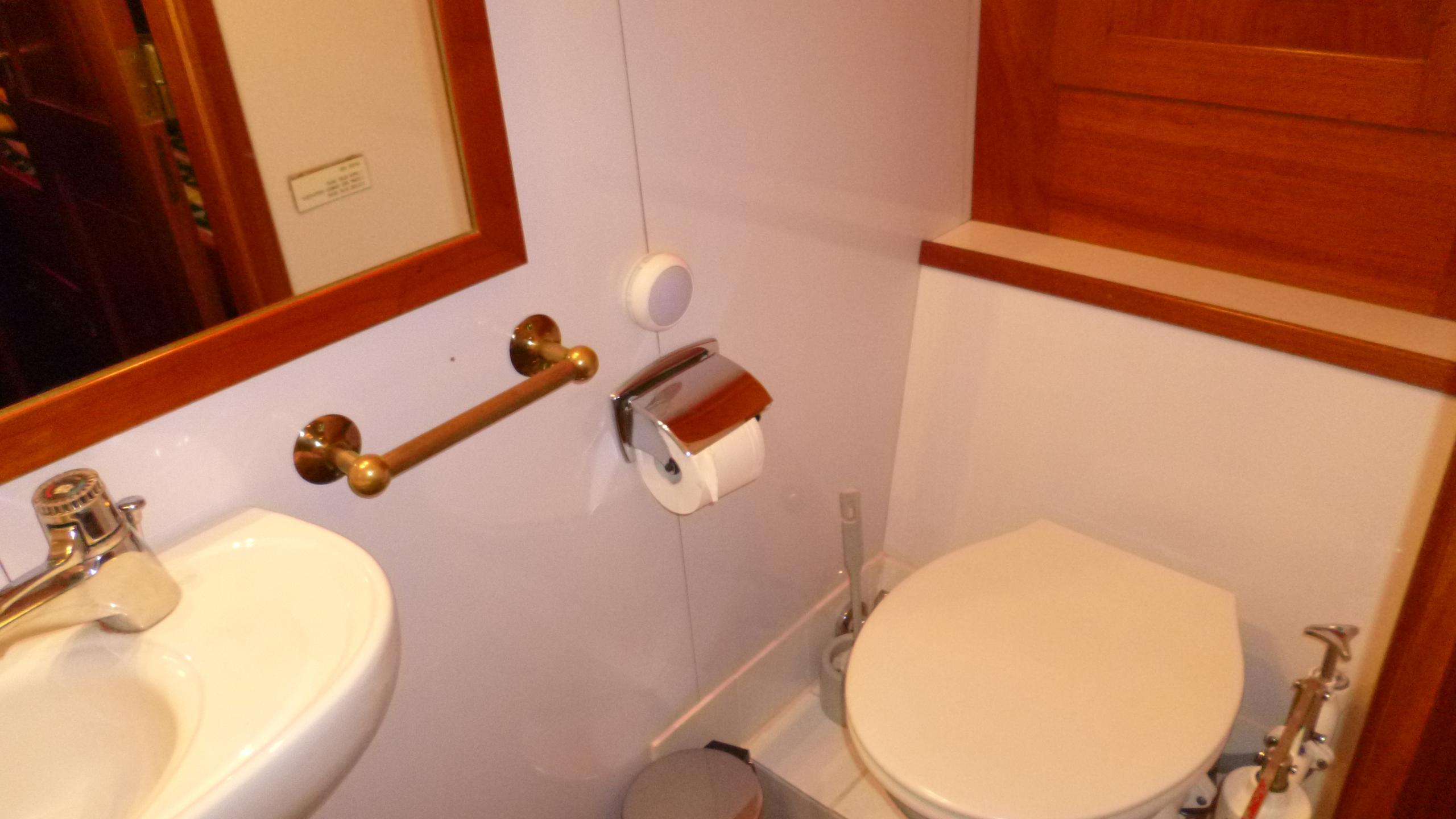 blue-c1-yacht-bathroom