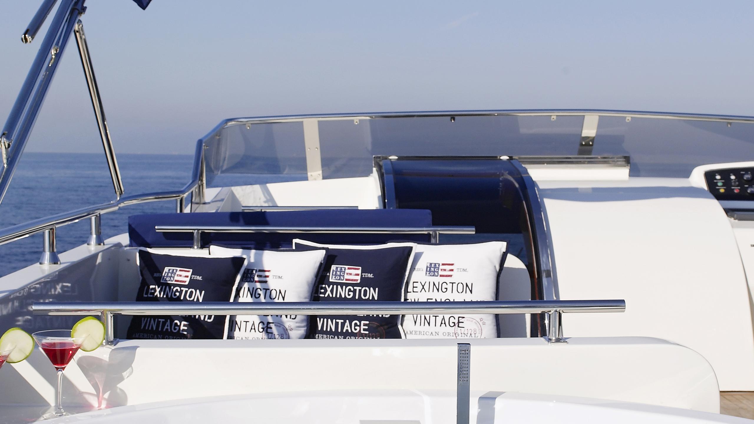 dream-b-yacht-jacuzzi