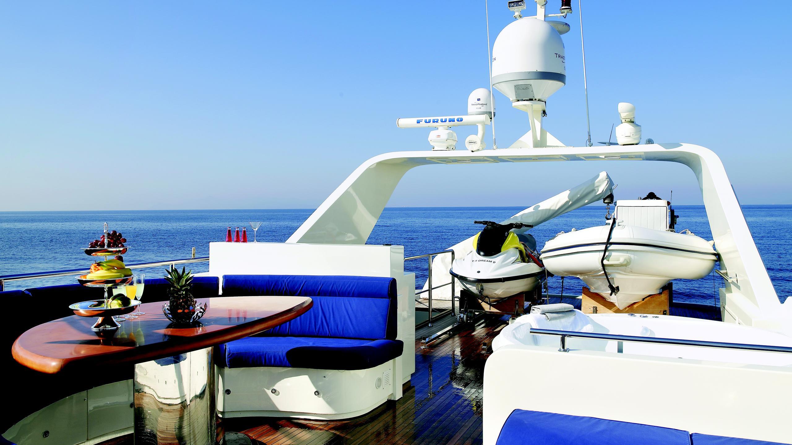 dream-b-yacht-fly-deck-dining