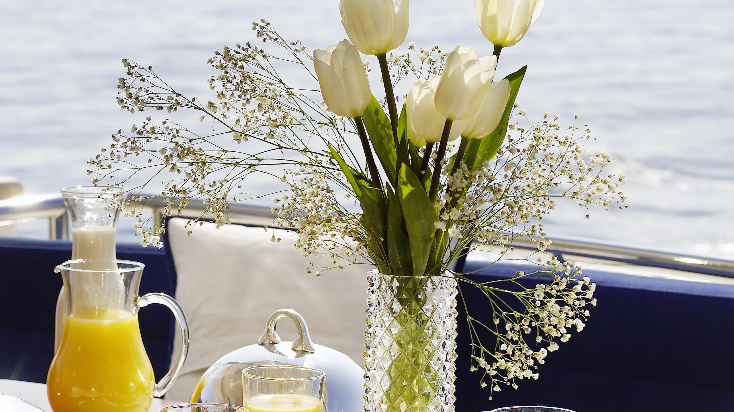 dream-b-yacht-aft-dining