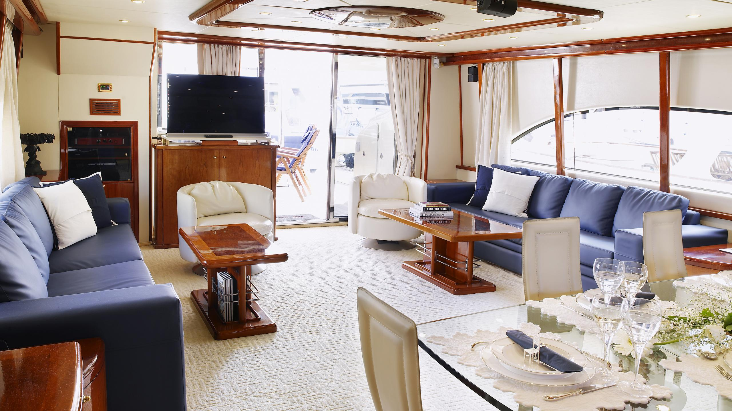 dream-b-yacht-saloon