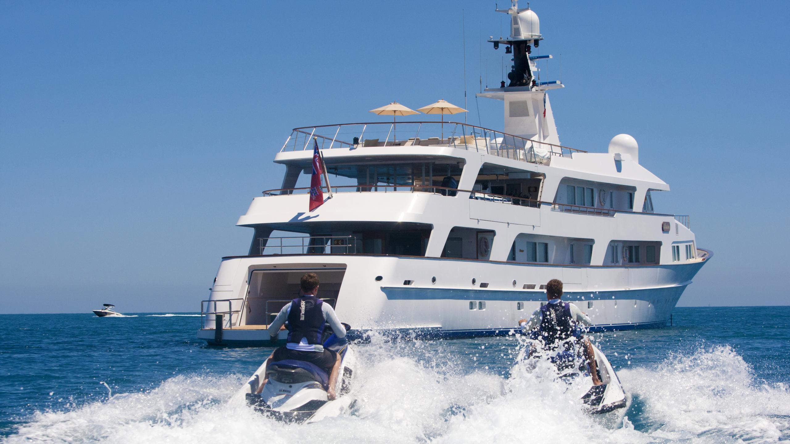illusion-yacht-stern